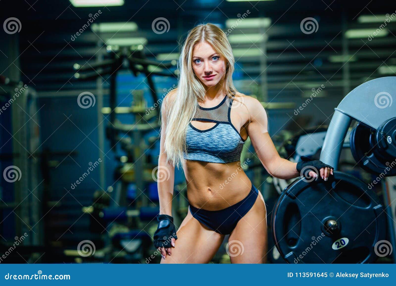 Μυϊκή προκλητική χαλάρωση γυναικών γυναικών ικανότητας στη γυμναστική concept healthy lifestyle Bodybuilder στη γυμναστική