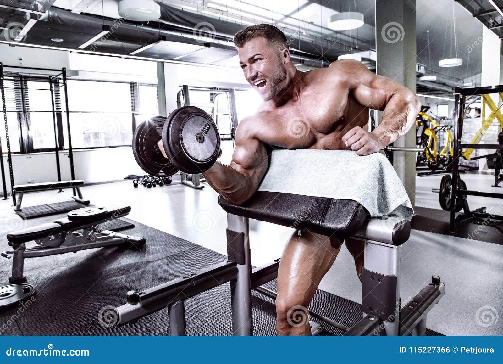 Μυϊκός τύπος bodybuilder που κάνει τις ασκήσεις με τον αλτήρα
