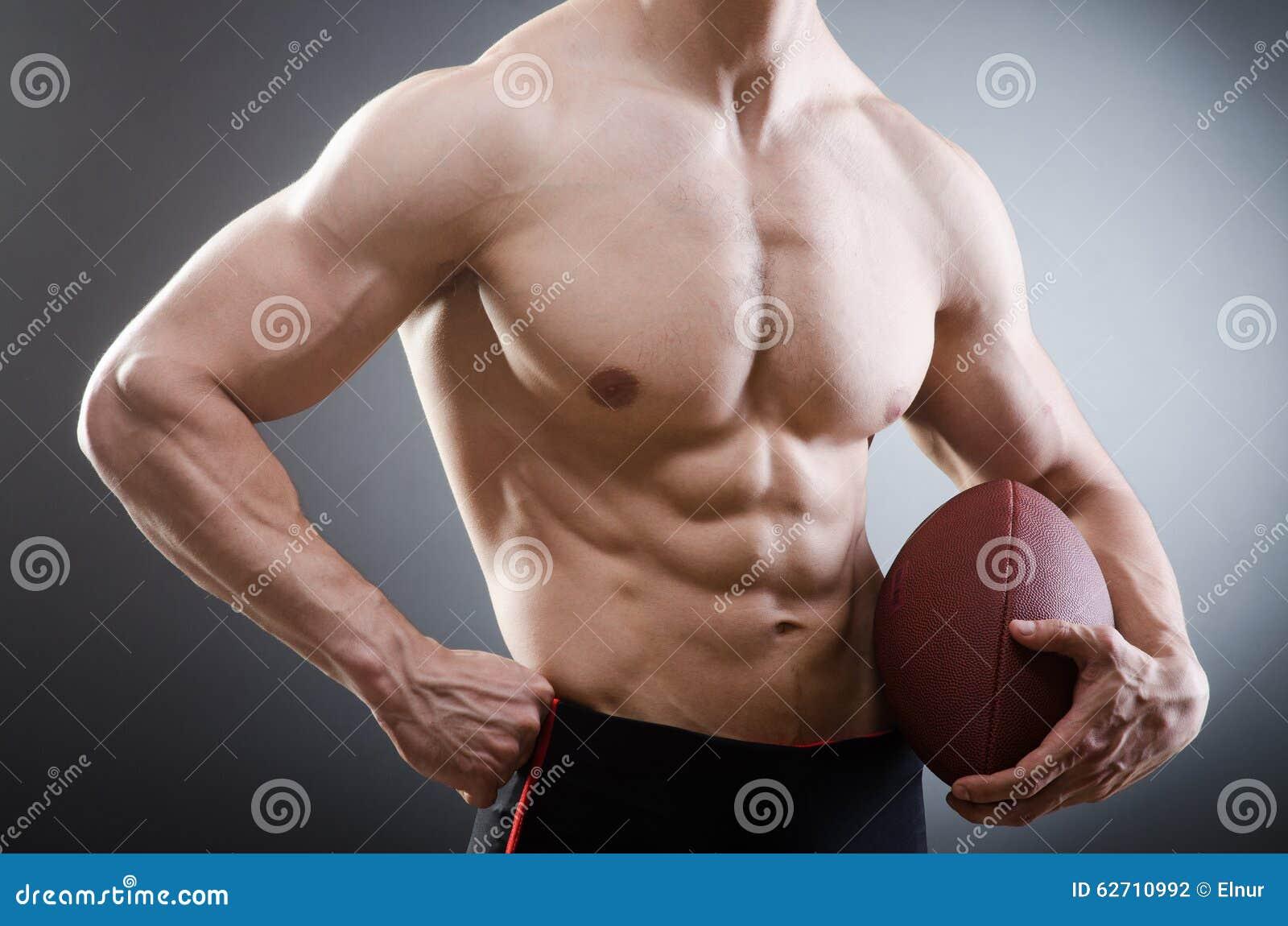 Μυϊκό άτομο με το αμερικανικό ποδόσφαιρο