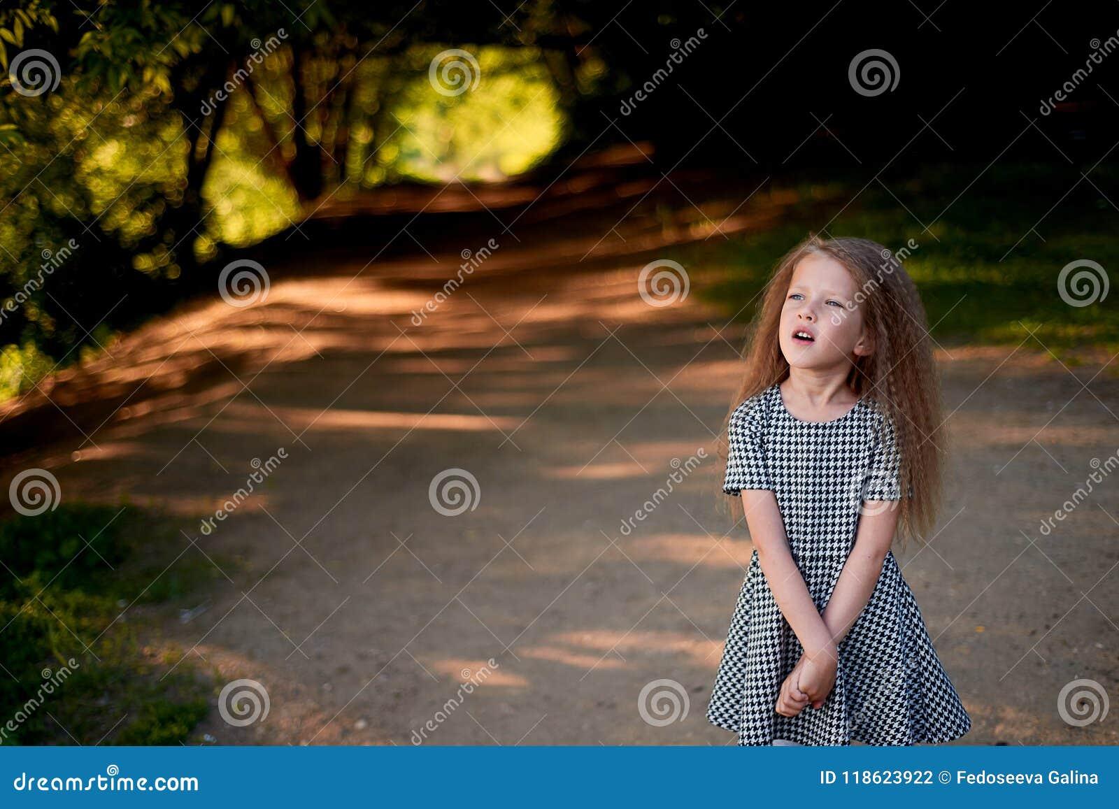 Μωρό 4 έτη, με τα μπλε μάτια, μικρές μπούκλες Ένας θαυμάσιος χρόνος της παιδικής ηλικίας και της περιπέτειας Θερμό φως του ήλιου