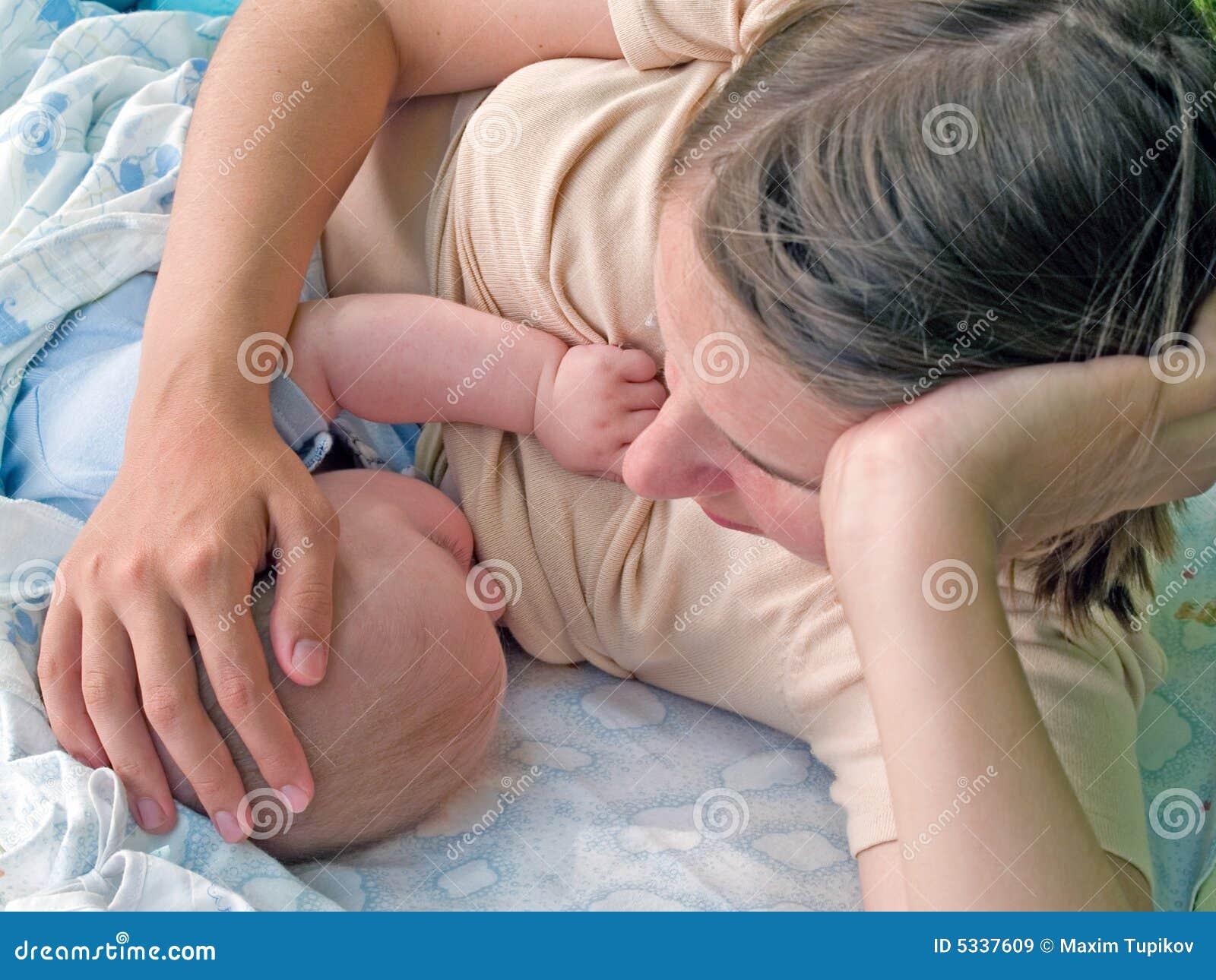 μωρό που θηλάζει τη μητέρα της