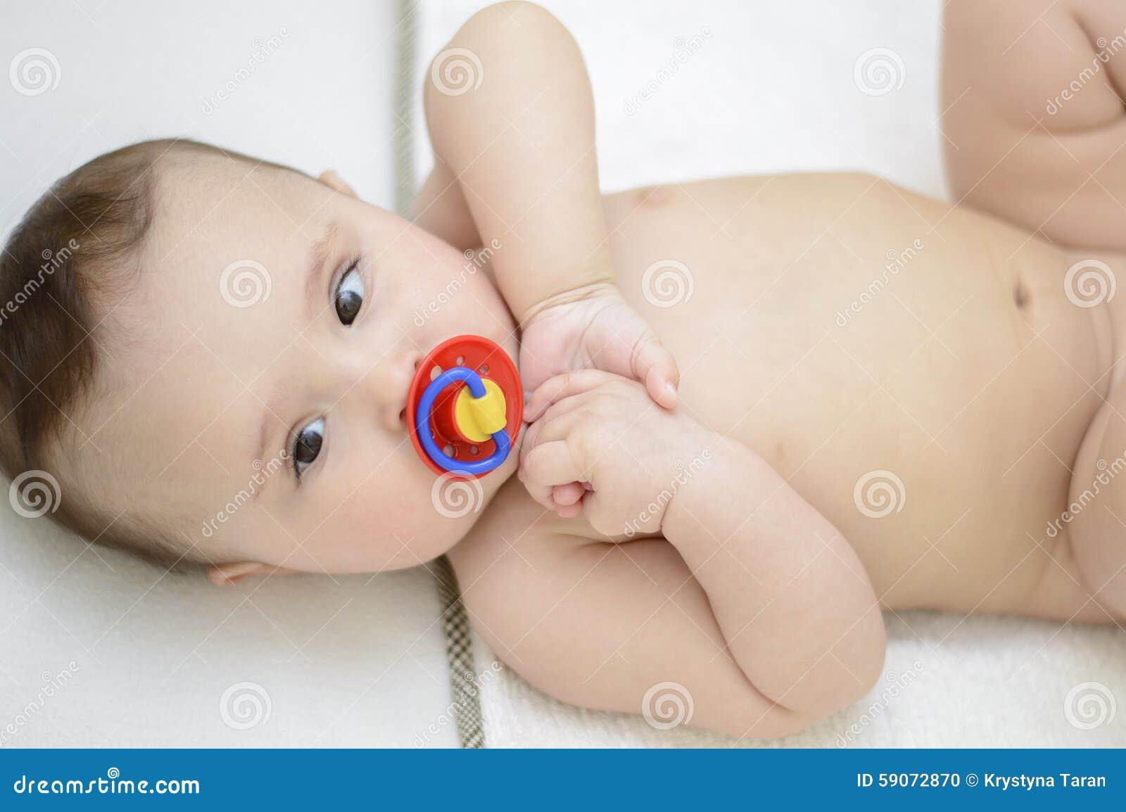 Λήψη royalty-free αρχείου Χαριτωμένο μωρό Γυμνό κορίτσι που κάθεται στο.