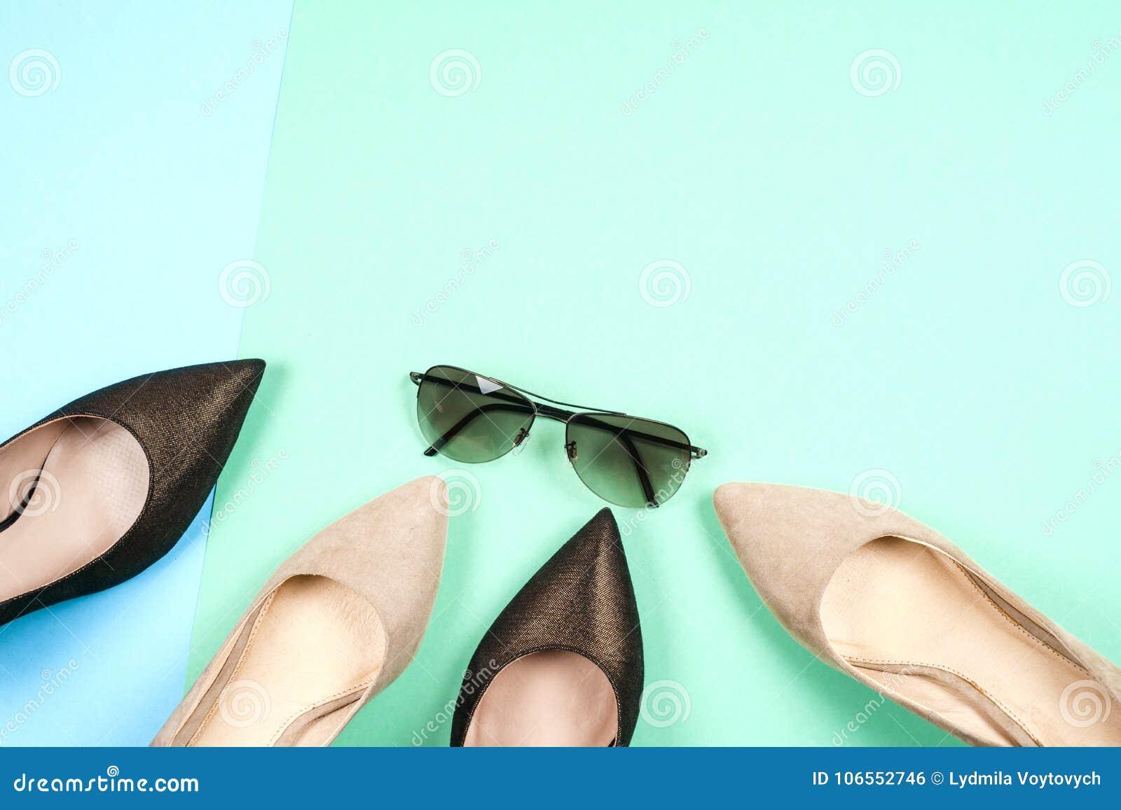 9024738f38c Μόδα, θηλυκά διαφορετικά παπούτσια στα υψηλά τακούνια Στοκ Εικόνες ...