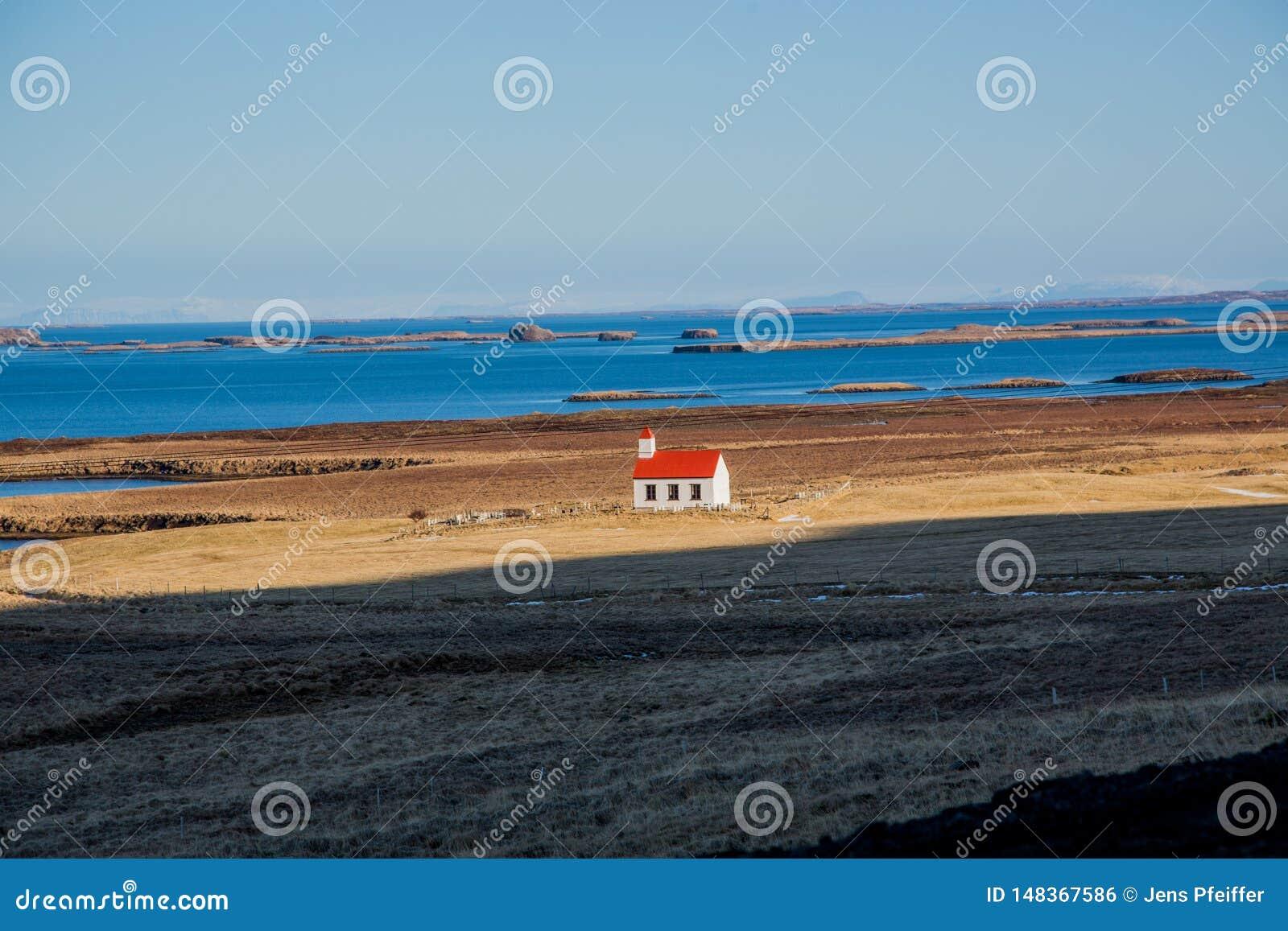 Μόνη εκκλησία μπροστά από τη θάλασσα στην Ισλανδία