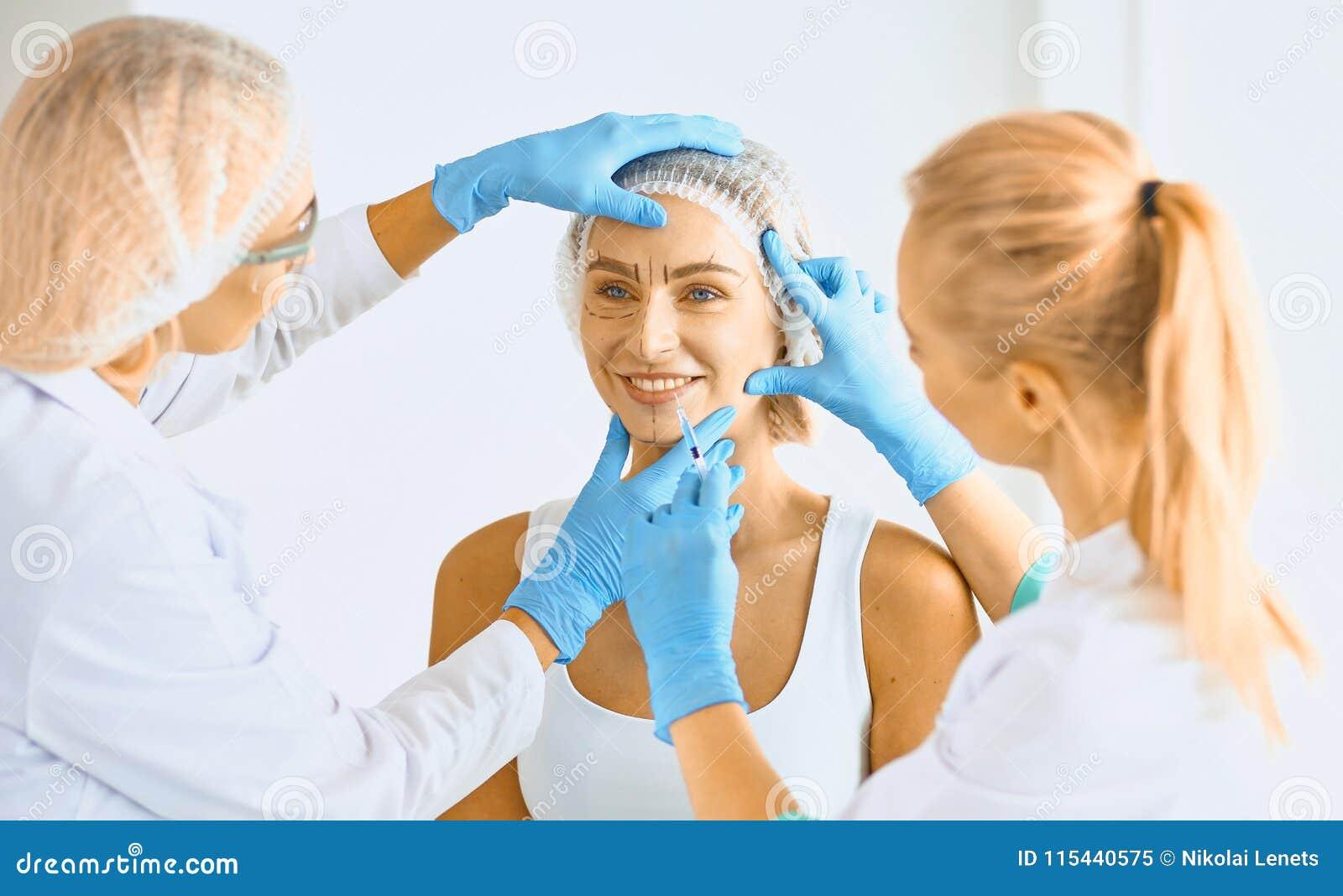 Μόνιμο Makeup για τα φρύδια Όμορφη γυναίκα με παχύ Brows στο σαλόνι ομορφιάς Beautician που κάνει το φρύδι που διαστίζει για