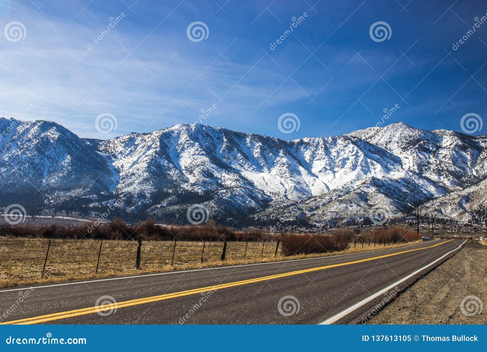 Μόνος δρόμος που οδηγεί στην οροσειρά βουνά της Νεβάδας