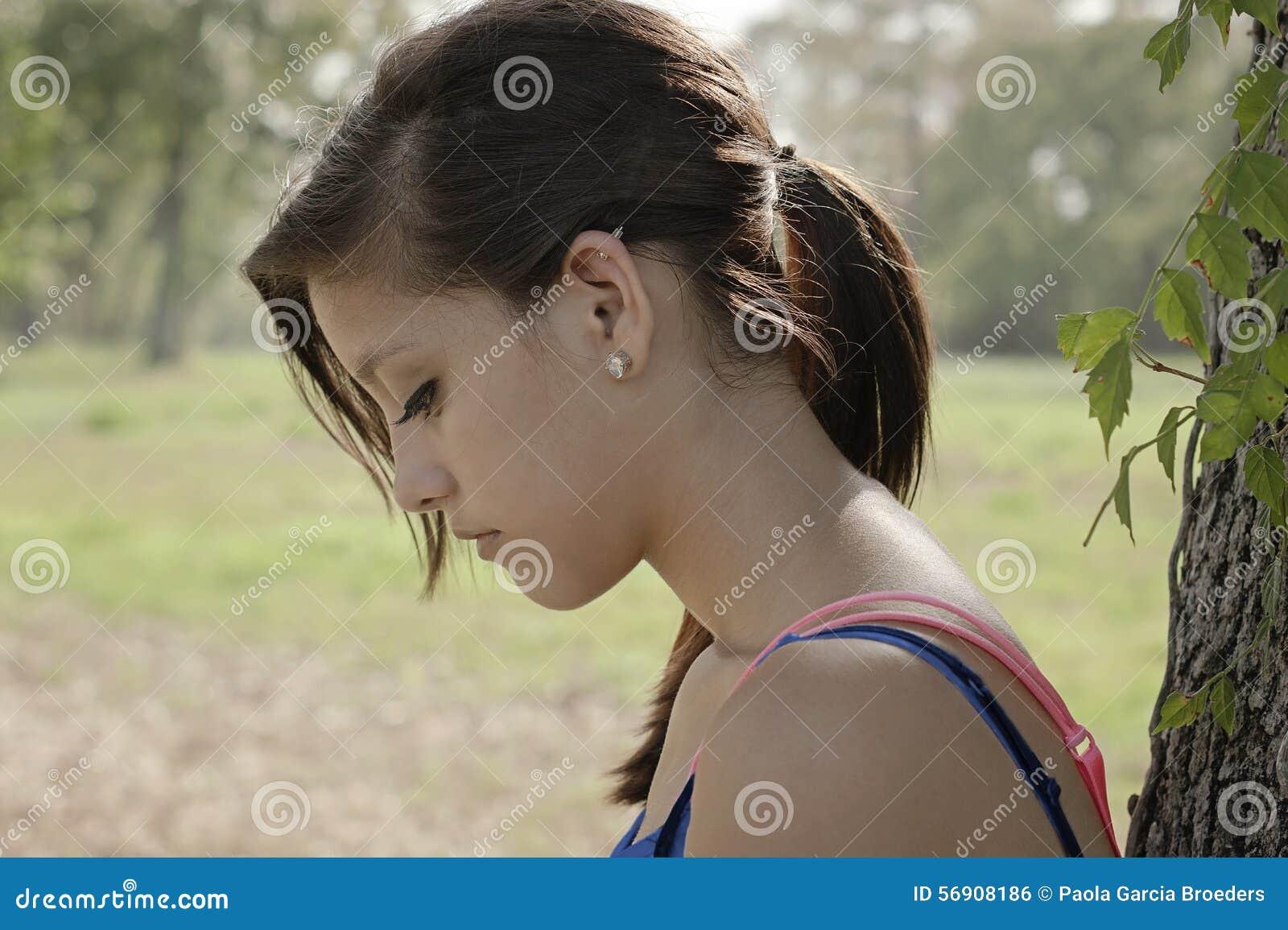 Μόνο κορίτσι που σκέφτεται σε ένα πάρκο