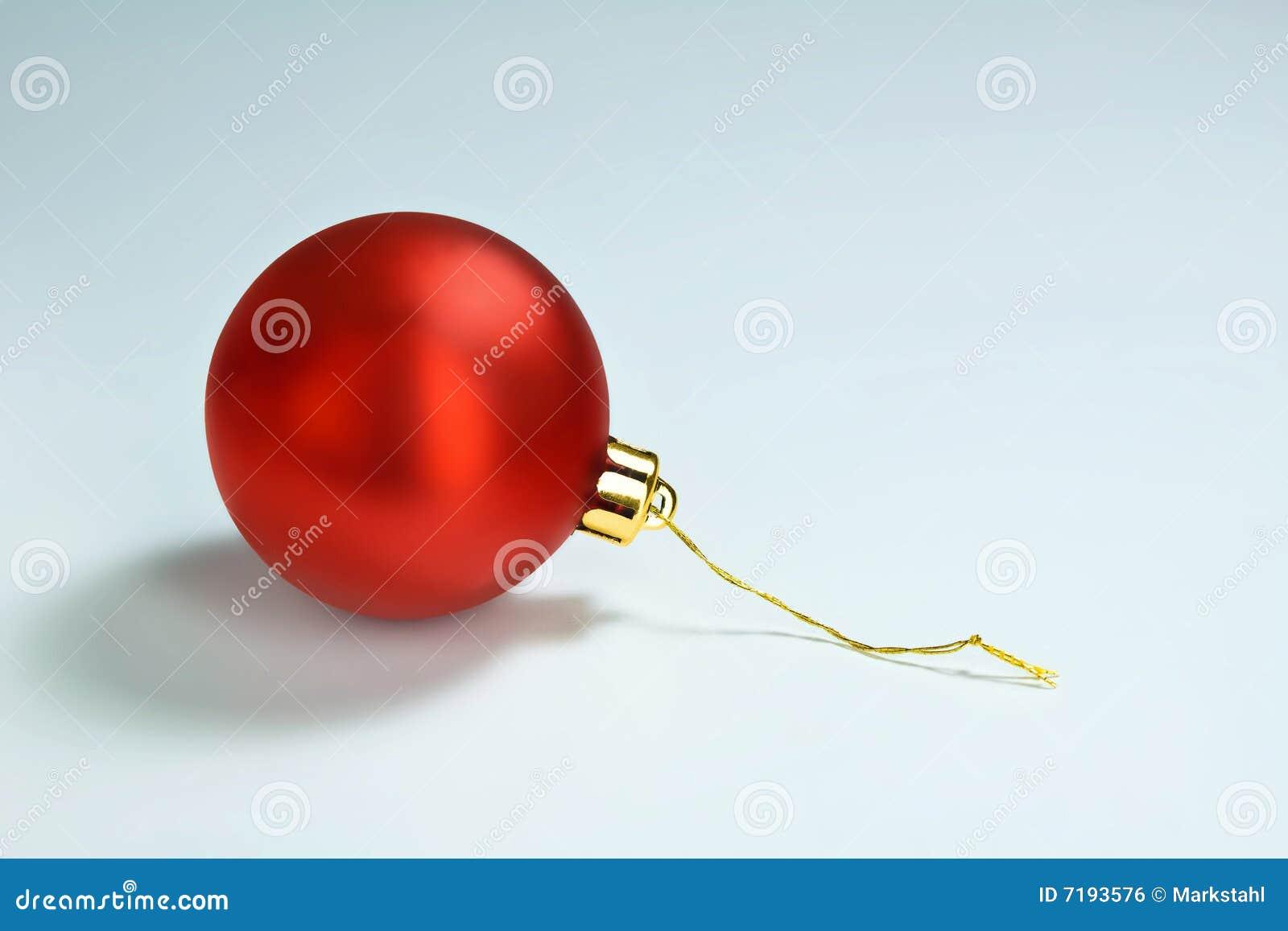 μόνο κόκκινο λαμπρό δέντρο διακοσμήσεων Χριστουγέννων