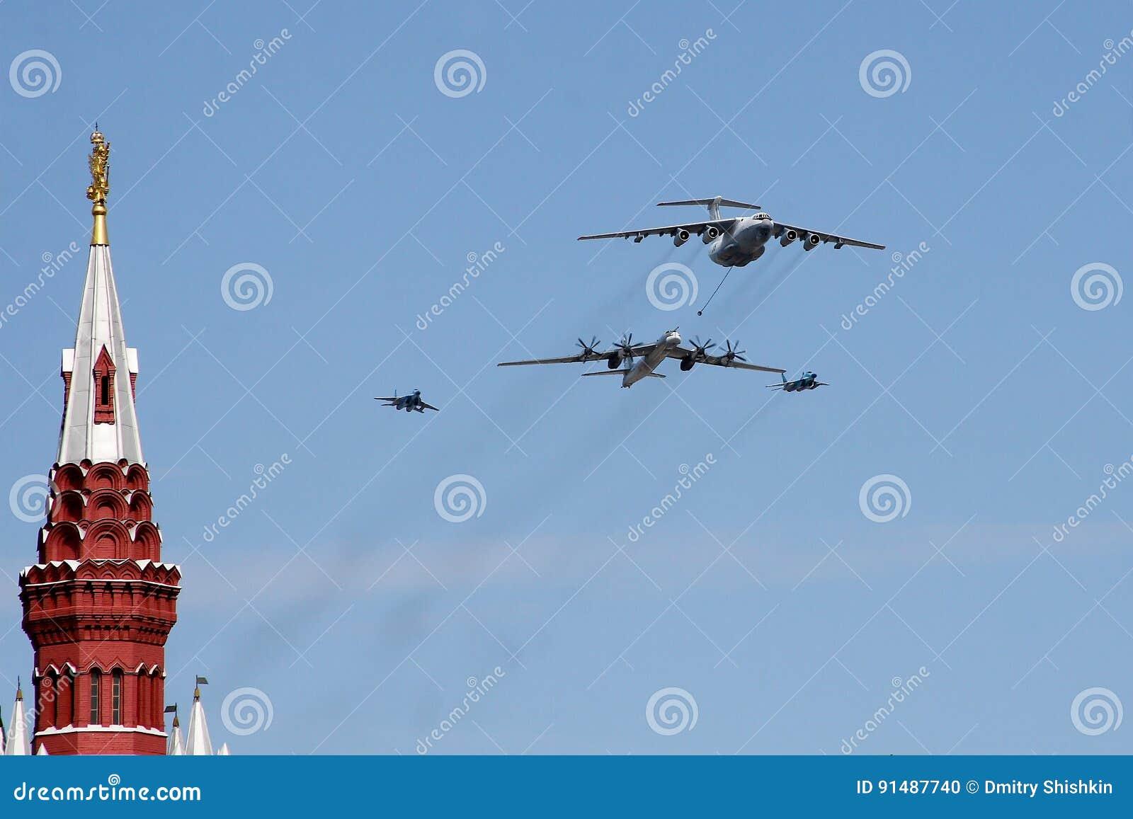Μόσχα, Ρωσία - μπορέστε 09, το 2008: εορτασμός WWII ημέρας νίκης της παρέλασης στο κόκκινο τετράγωνο Σοβαρή μετάβαση του στρατιωτ