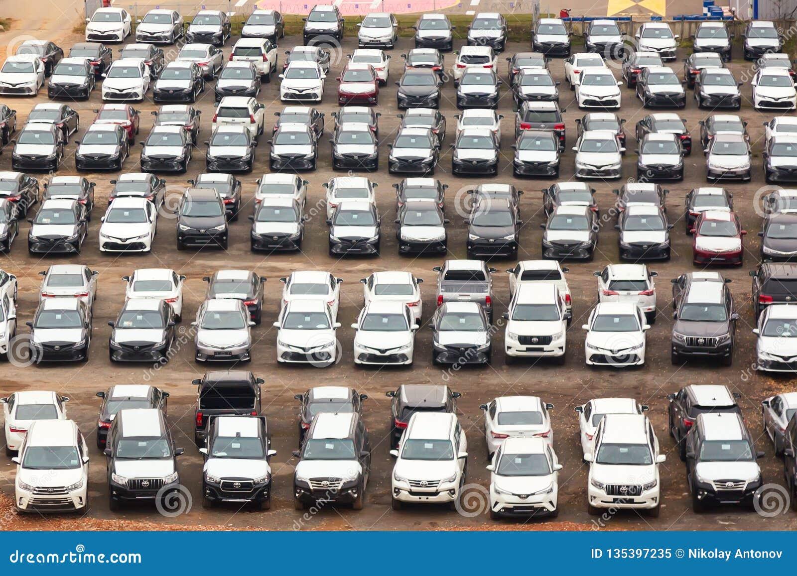 Μόσχα, Ρωσία - τον Οκτώβριο του 2018: Πολλά αυτοκίνητα της Toyota στο χώρο στάθμευσης μεταπωλητών στις σειρές άνωθεν Η Toyota είν
