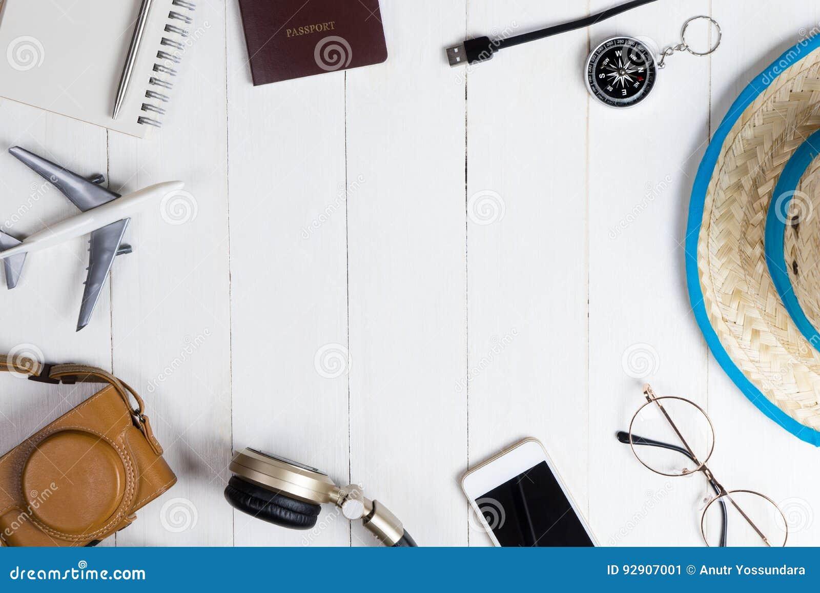Μόδα και εξαρτήματα ταξιδιού στο λευκό