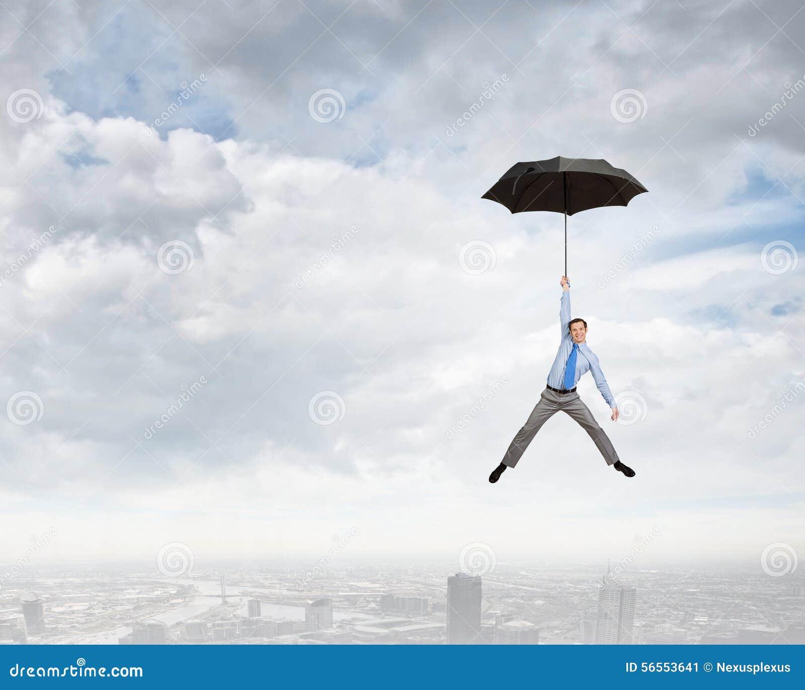 Download Μύγα ατόμων στην ομπρέλα στοκ εικόνα. εικόνα από προστατεύστε - 56553641