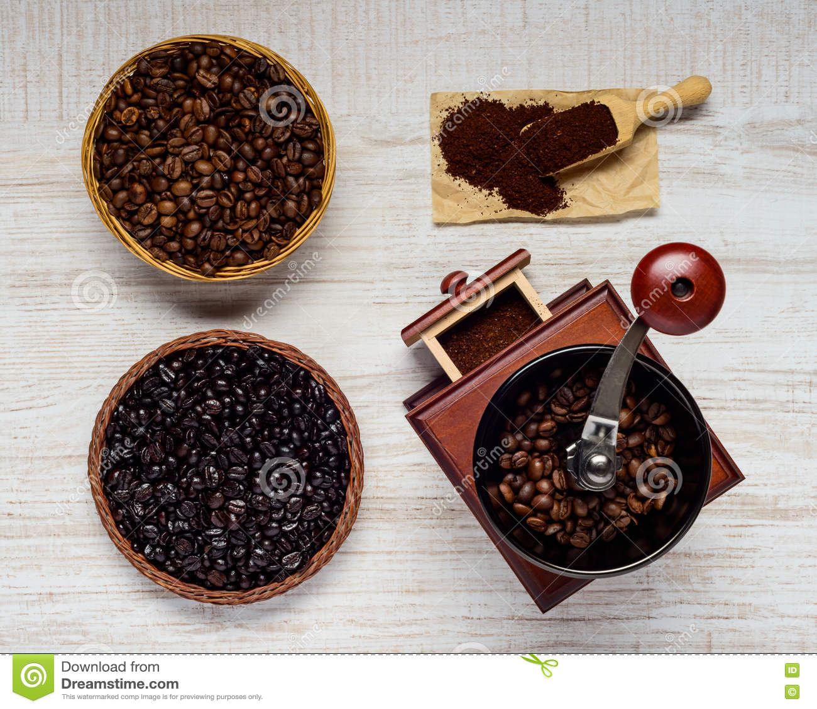 Μύλος φασολιών καφέ με τα φασόλια και το έδαφος