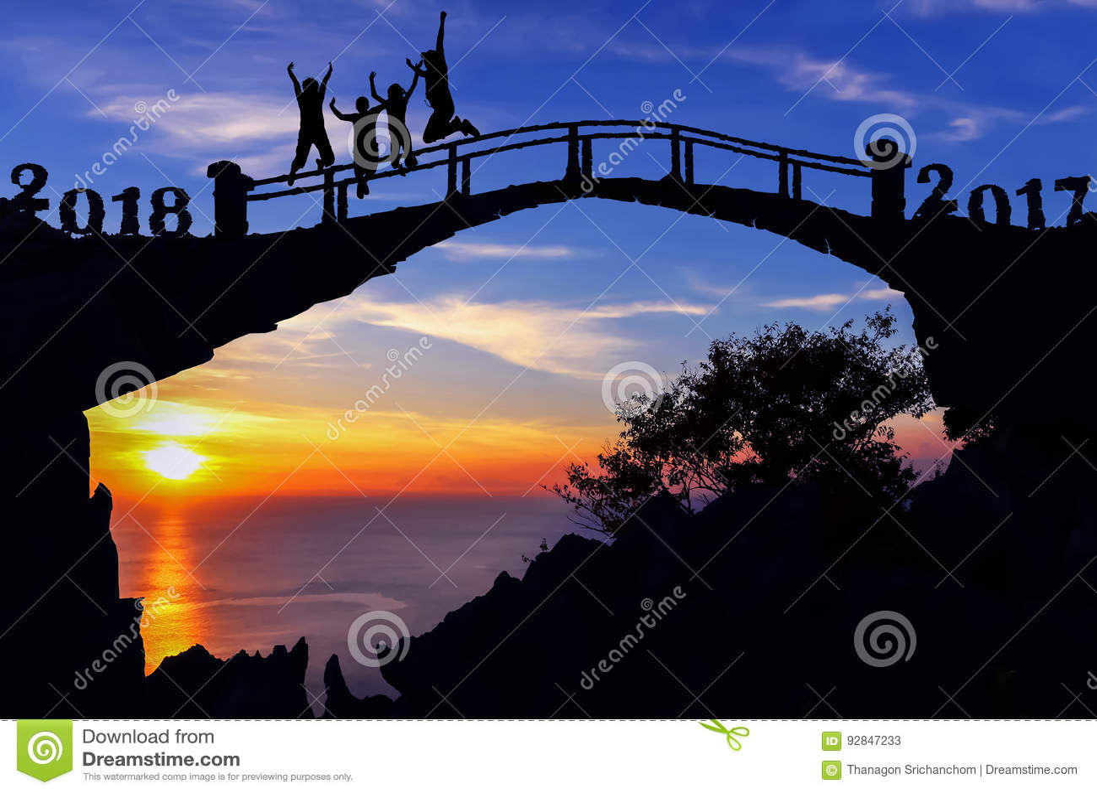 Νέα έννοια έτους 2018 Οικογένεια σκιαγραφιών που πηδά στη γέφυρα