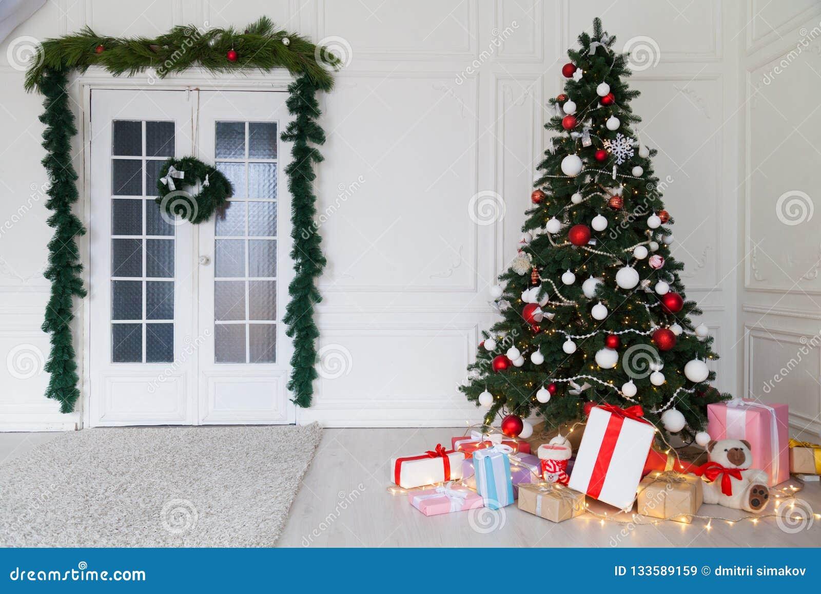 Νέα έτους χριστουγεννιάτικων δέντρων σπιτιών δώρα χειμερινών διακοπών διακοσμήσεων εσωτερικά