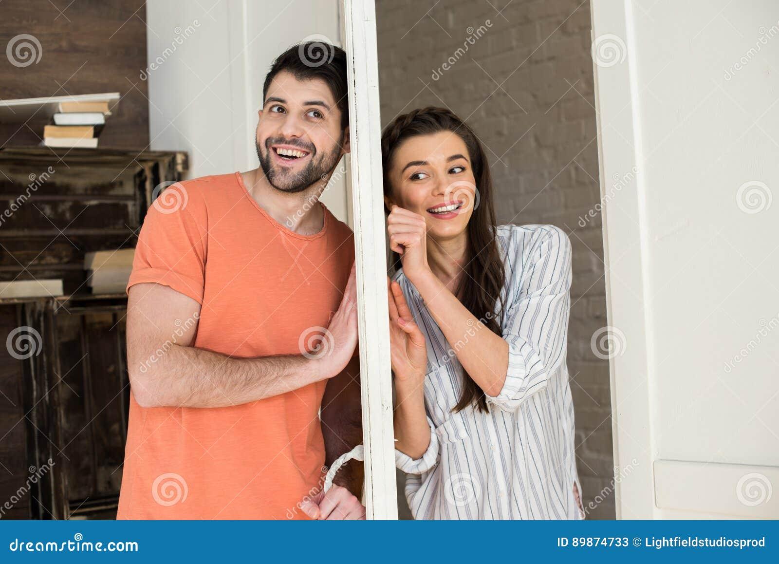 Νέα ακρόαση ζευγών μεταξύ τους μέσω της πόρτας στο σπίτι
