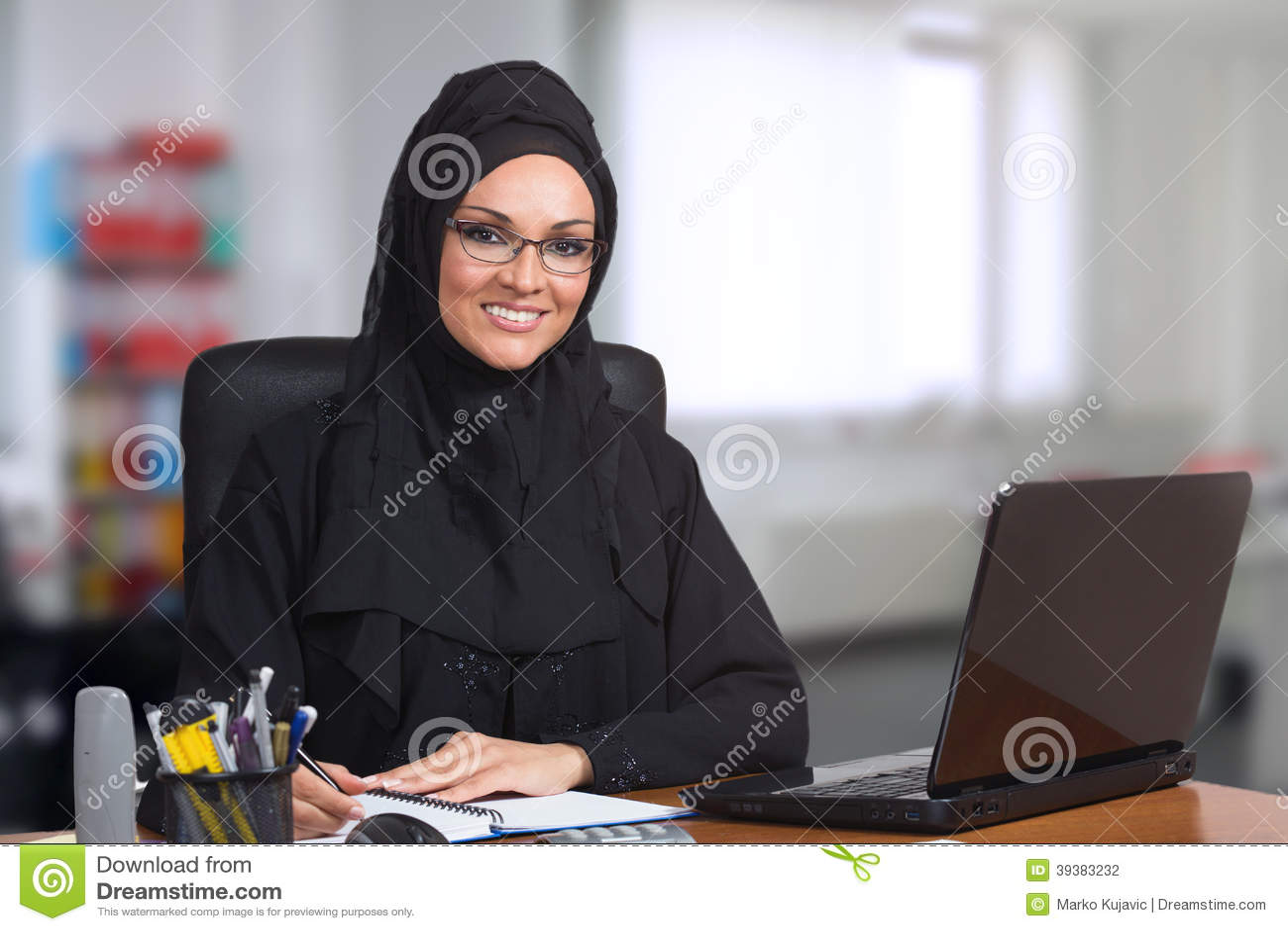 Νέα αραβική επιχειρησιακή γυναίκα, εργασία στην αρχή