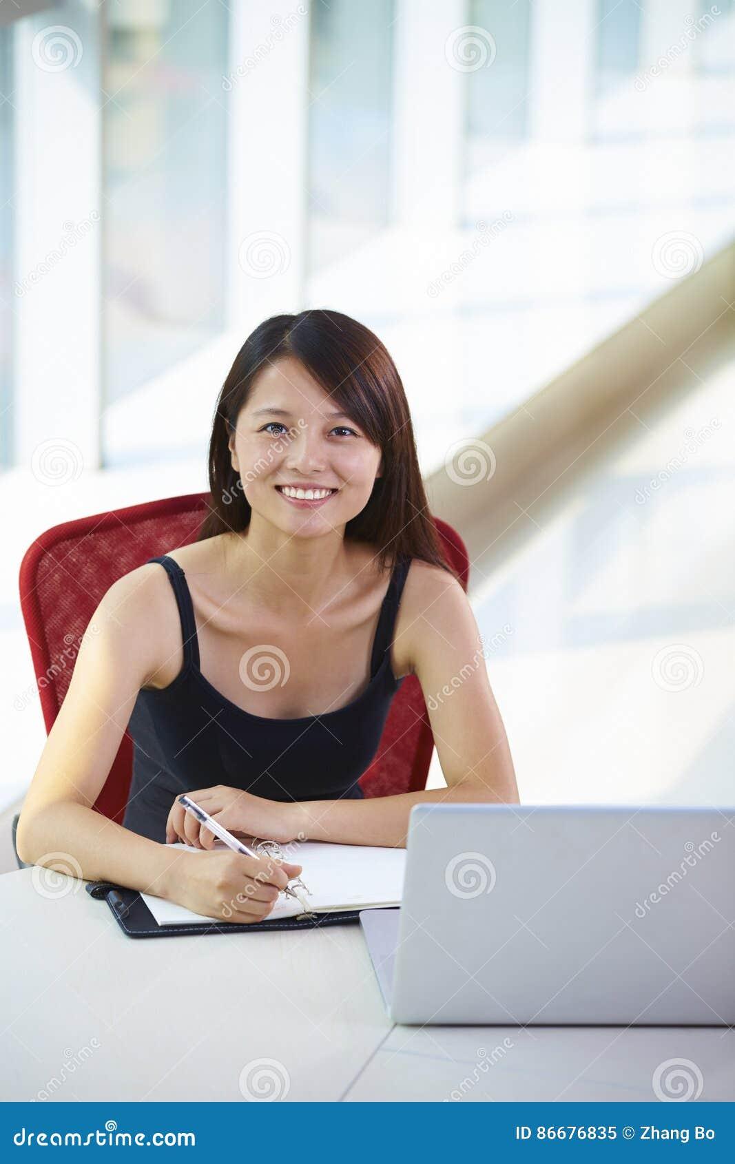 Νέα ασιατική επιχειρηματίας στο γραφείο