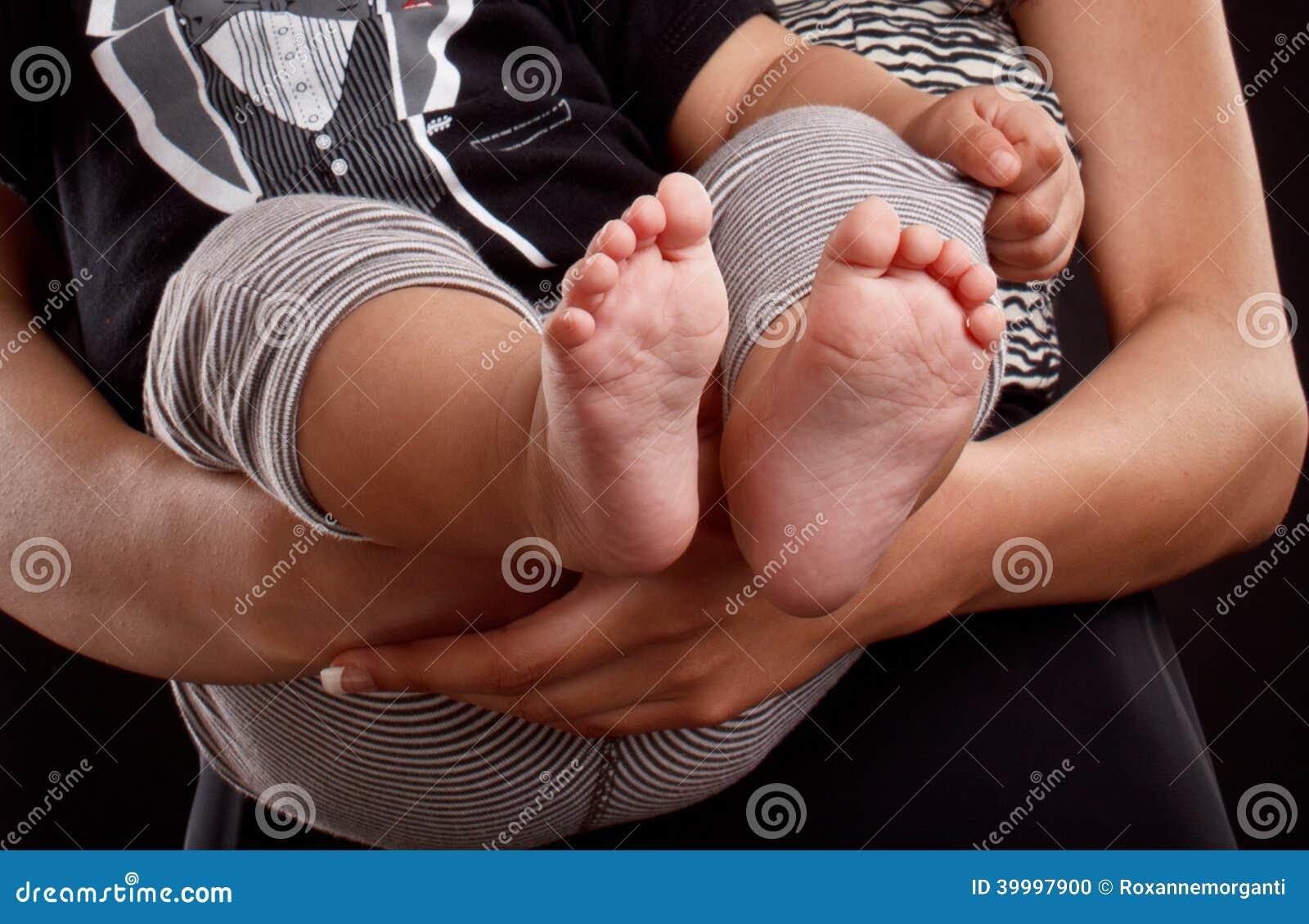 Νέα λατίνα πόδια μωρών εκμετάλλευσης mom
