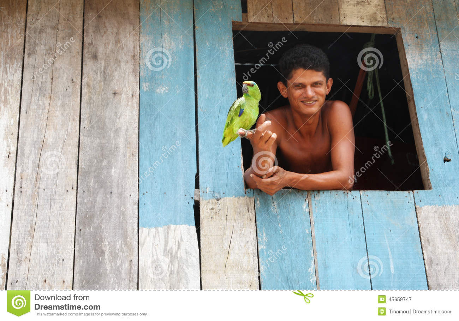 Νέα βραζιλιάνα και ο παπαγάλος του