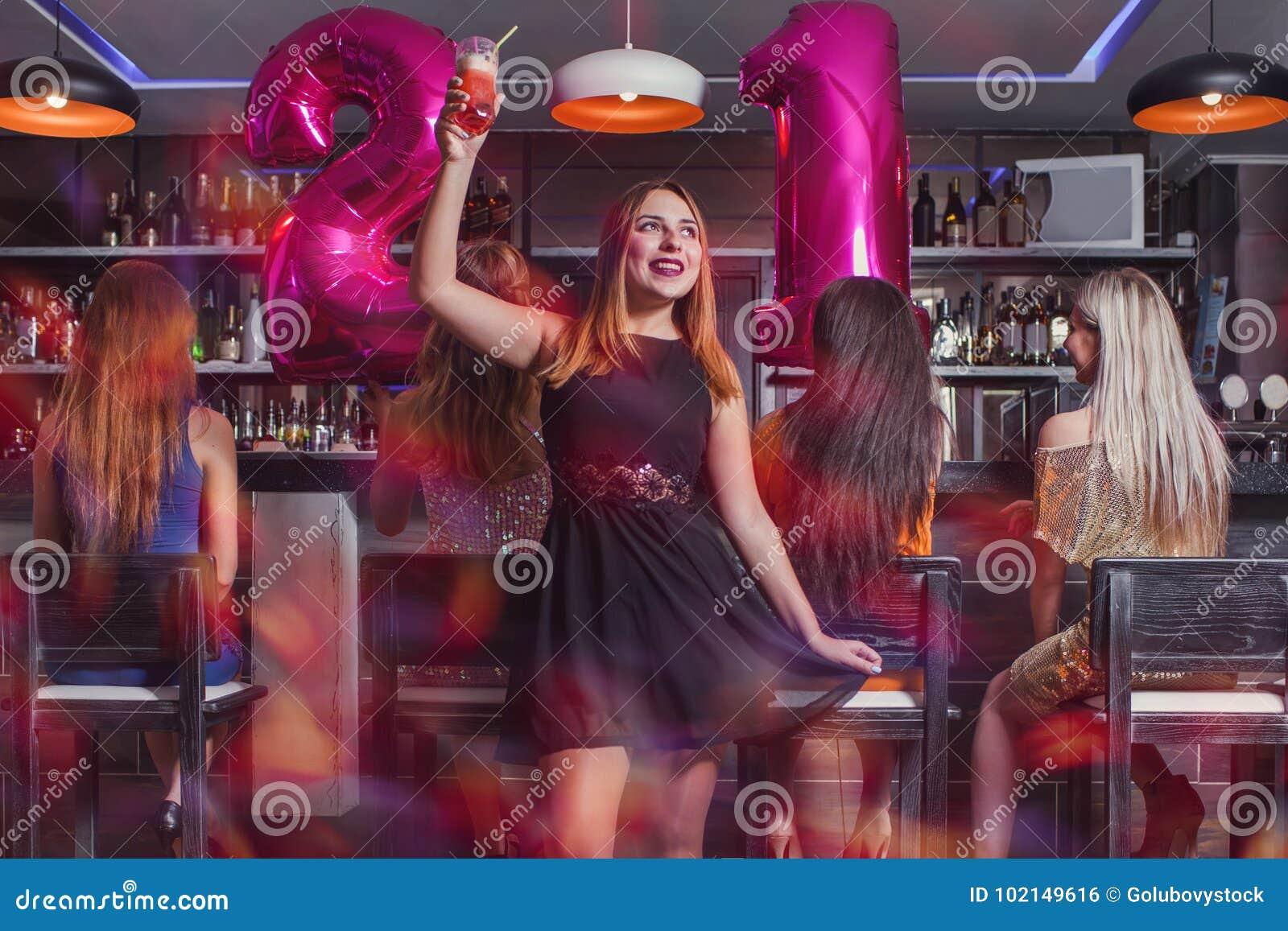 Νέα γυναίκα 21 γιορτή γενεθλίων στη λέσχη νύχτας