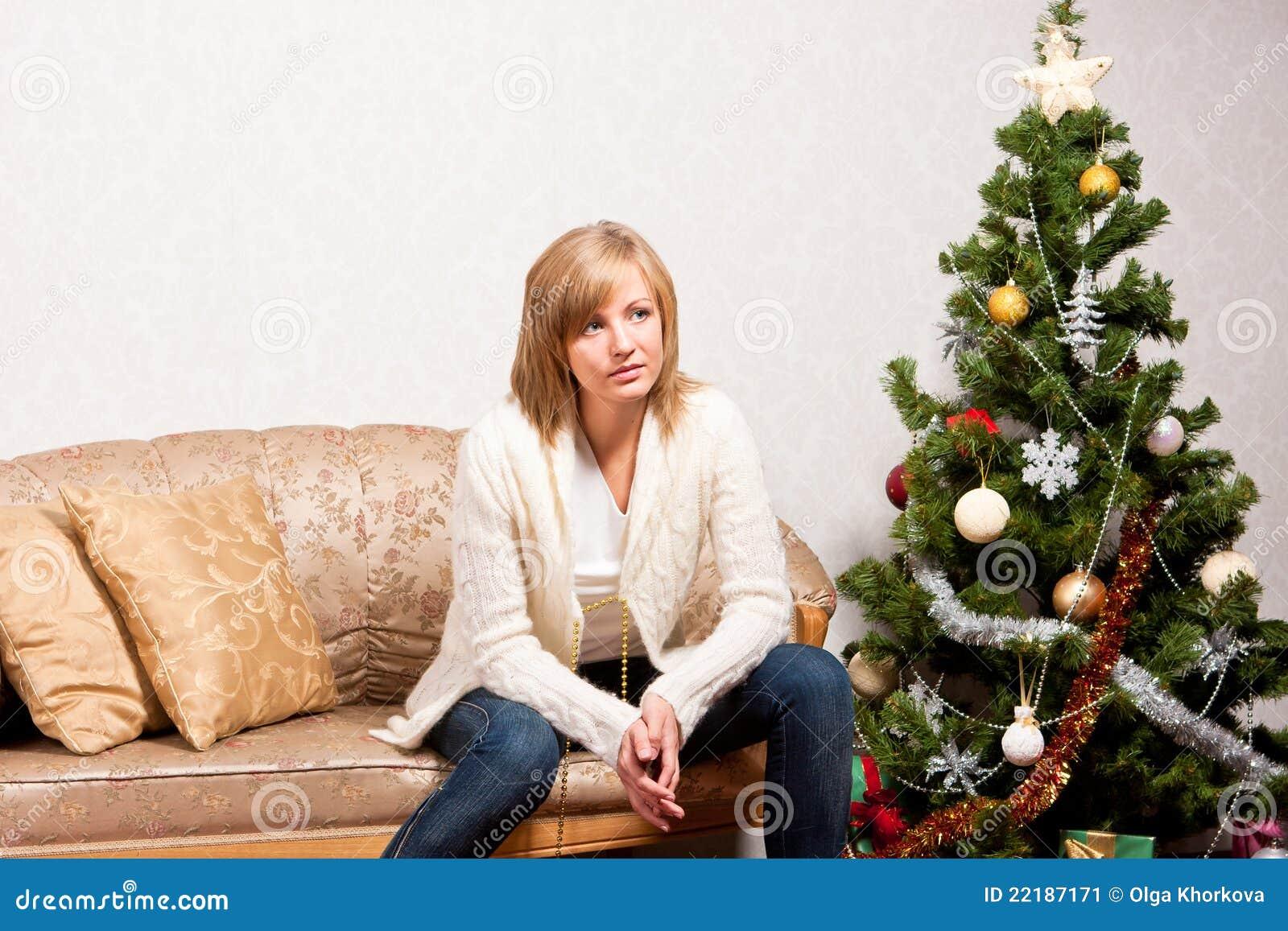 Νέα γυναίκα κοντά fir-tree