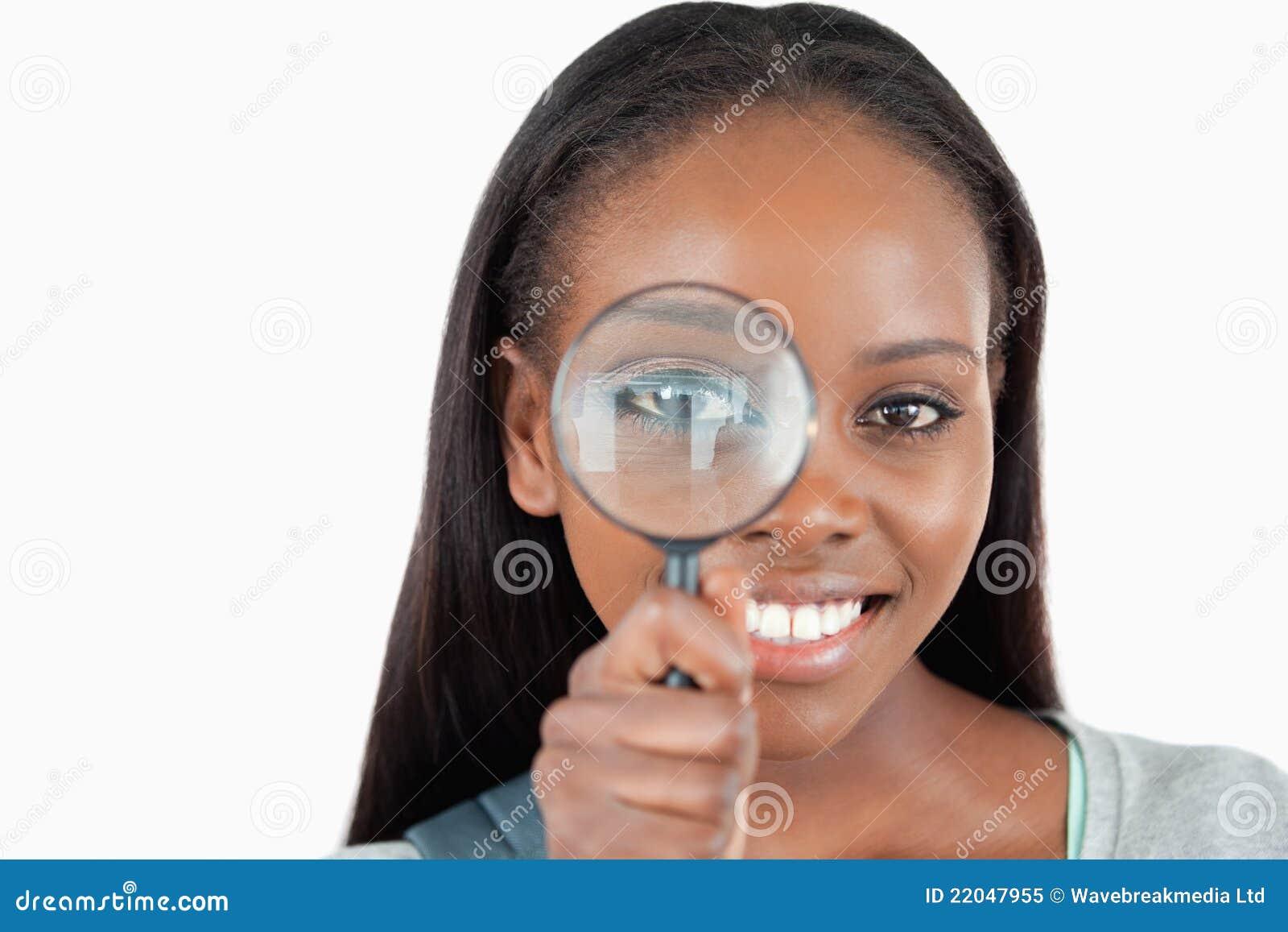 Νέα γυναίκα με πιό magnifier