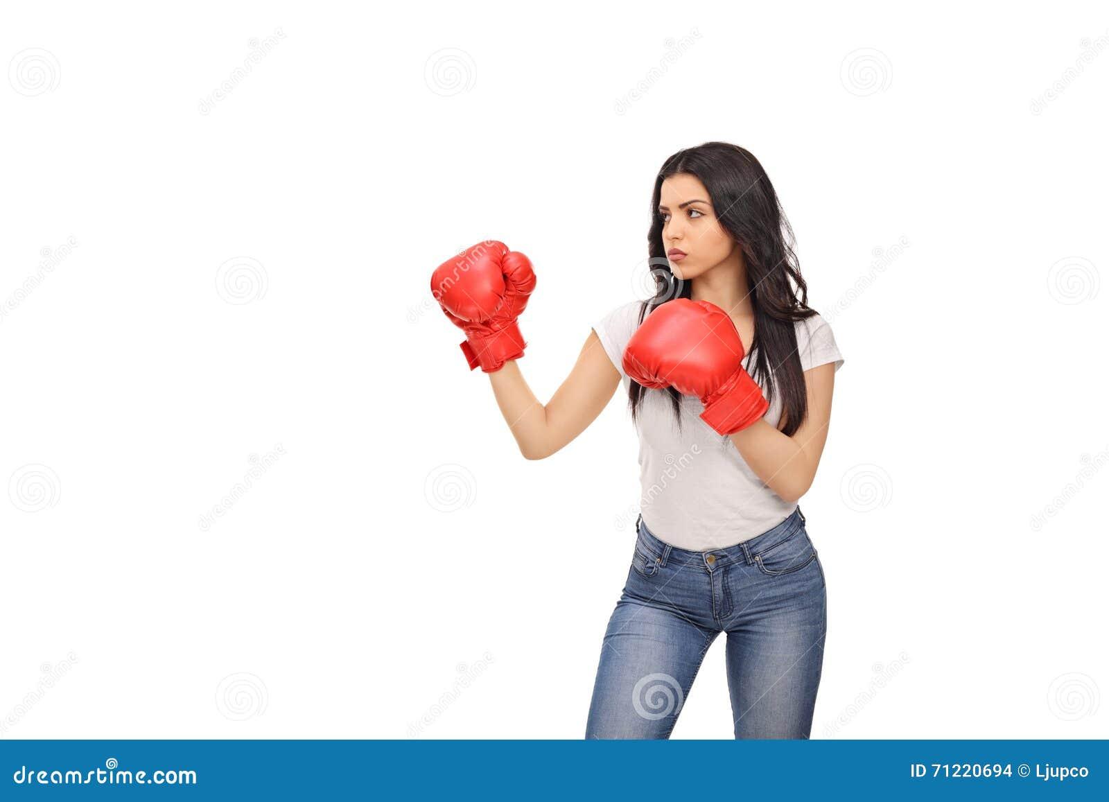 Νέα γυναίκα με τα κόκκινα εγκιβωτίζοντας γάντια