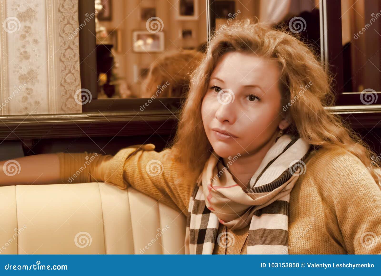 Νέα γυναίκα με την τρίχα της και μαντίλι γύρω από το λαιμό της