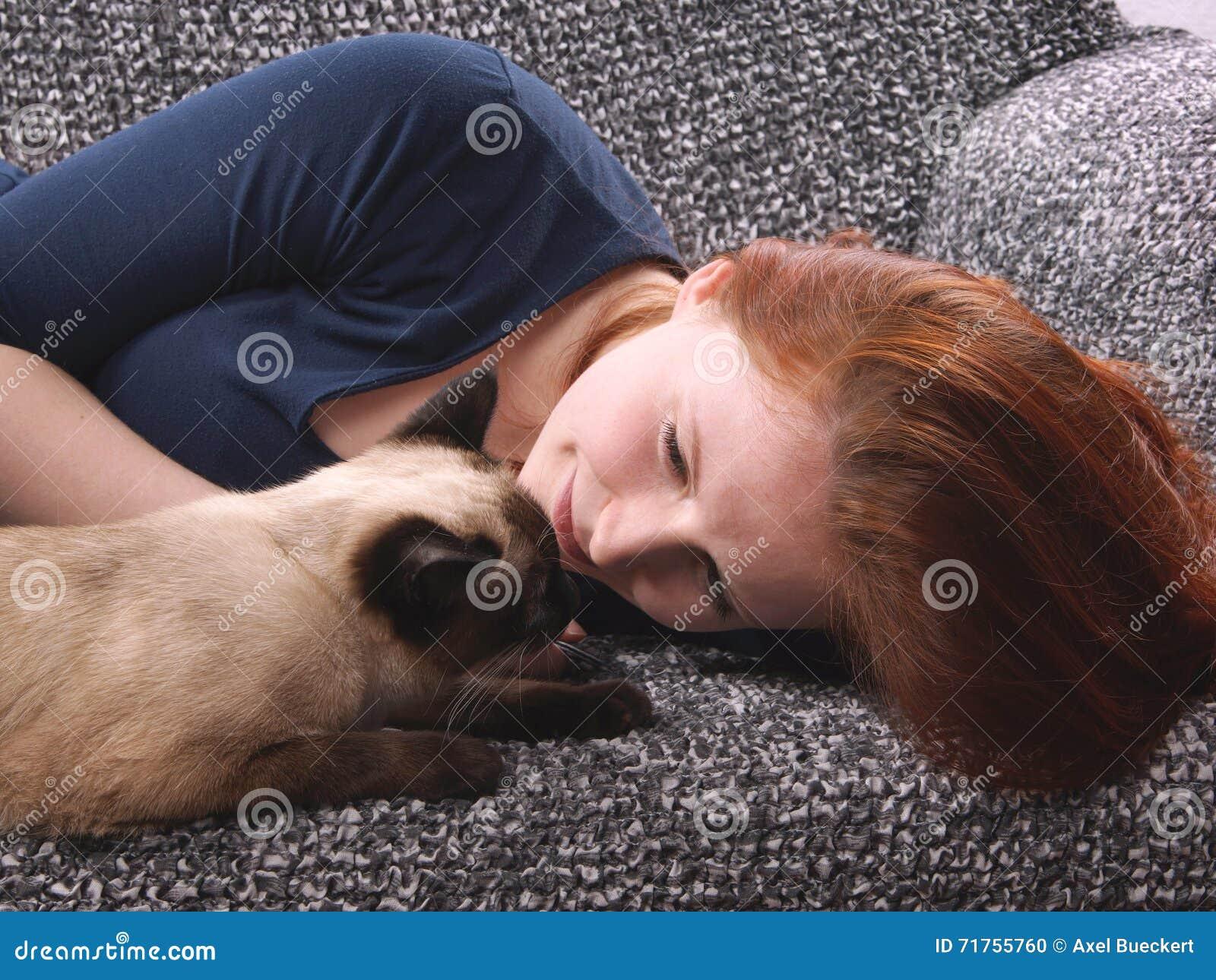 Νέα γυναίκα με τη σιαμέζα γάτα