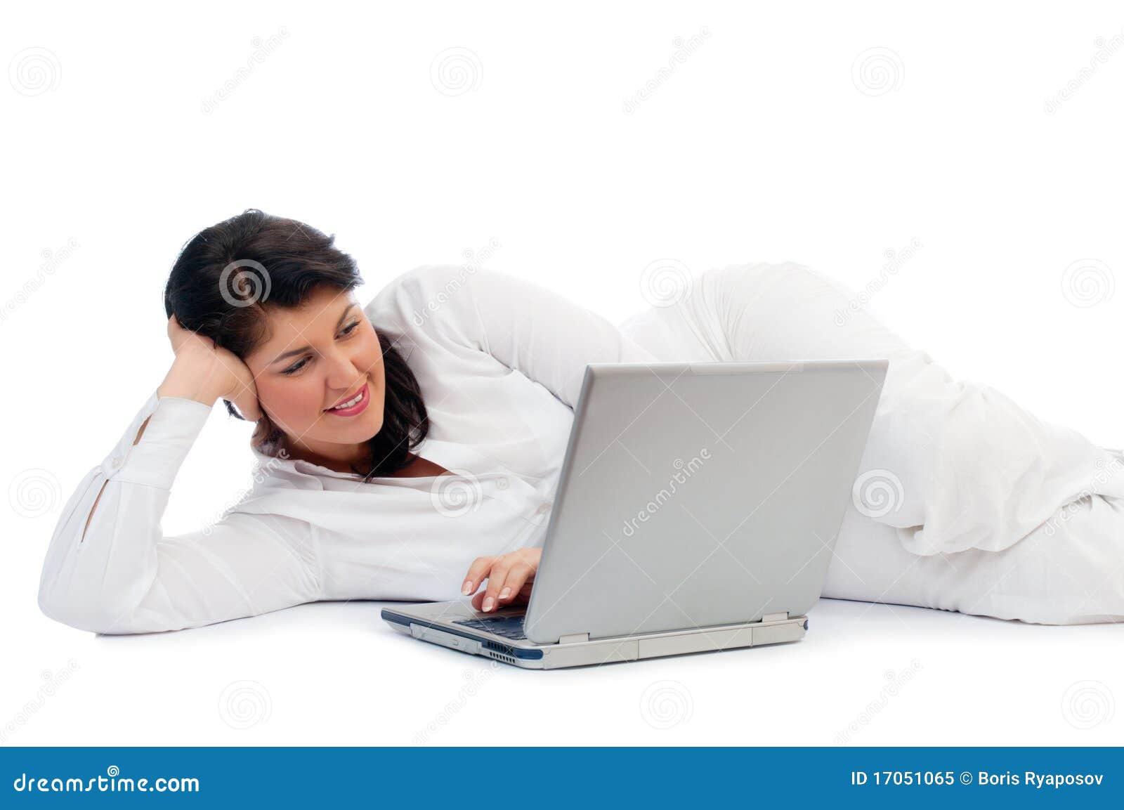 Νέα γυναίκα με το lap-top