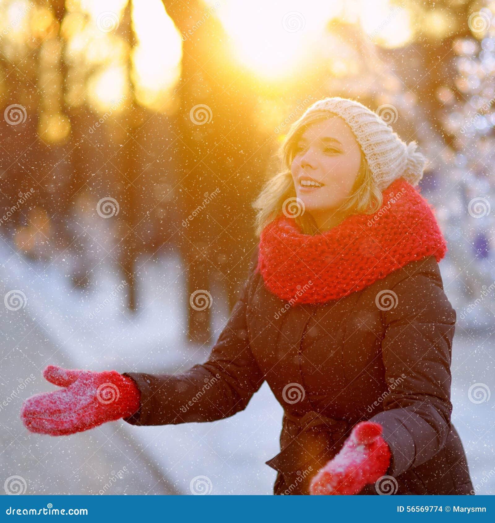 Download Νέα γυναίκα που έχει τη διασκέδαση το χειμώνα Στοκ Εικόνες - εικόνα από ευτυχής, μαντίλι: 56569774