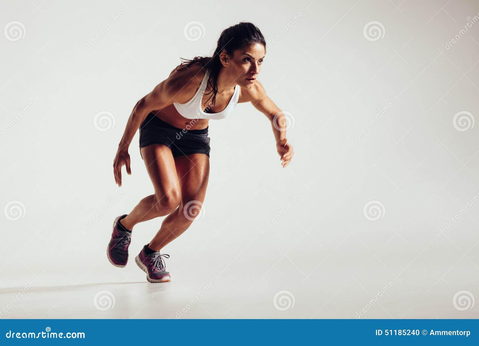 Νέα γυναίκα που αρχίζει να τρέχει και που επιταχύνει