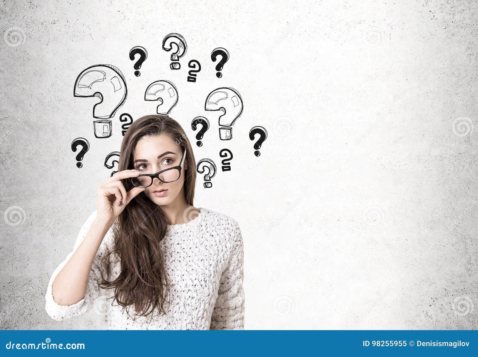 Νέα γυναίκα που βγάζει τα γυαλιά, ερωτηματικά