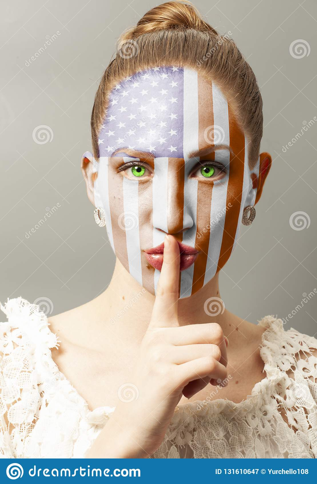 Νέα γυναίκα που κάνει μια χειρονομία σιωπής με την ΑΜΕΡΙΚΑΝΙΚΗ σημαία
