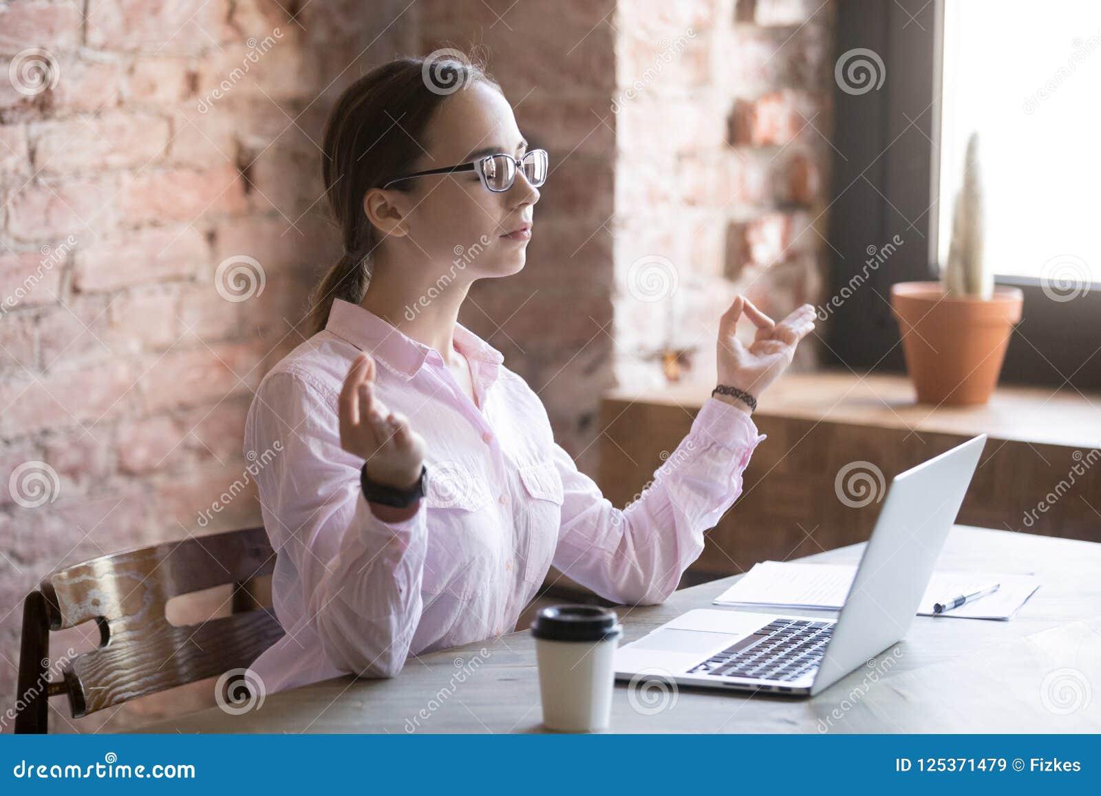 Νέα γυναίκα που κάνει την περισυλλογή στην αρχή στην εργασία