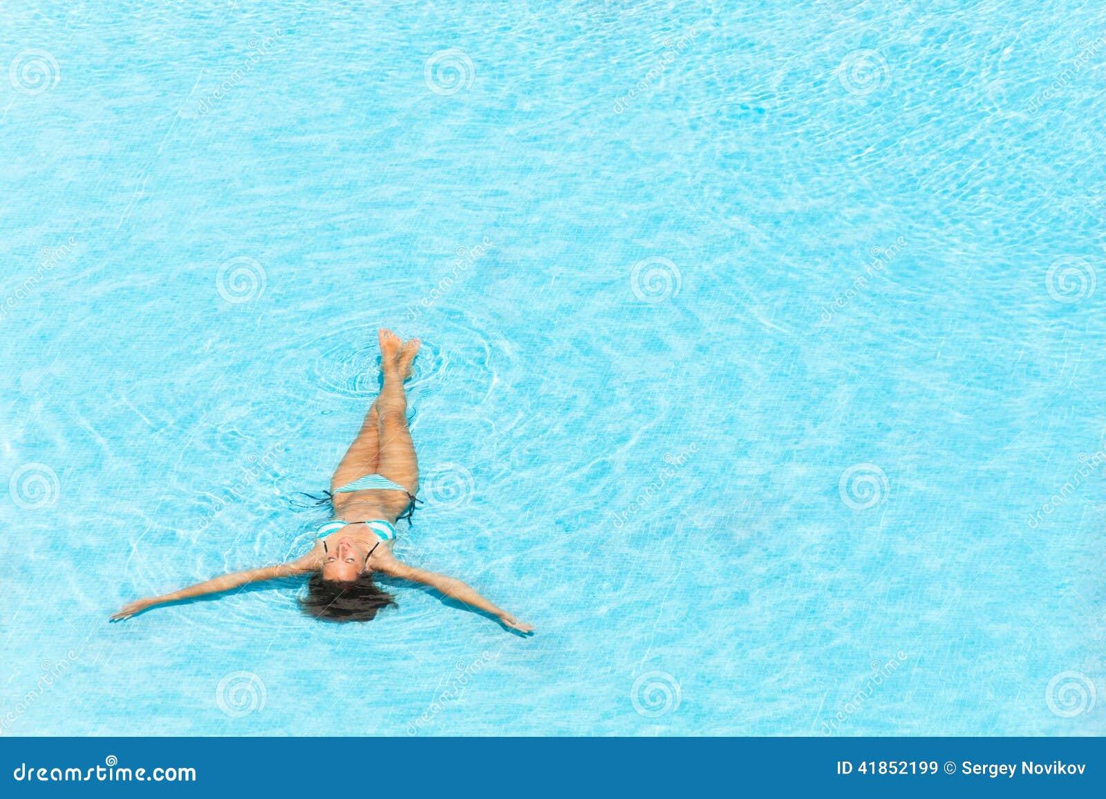 Νέα γυναίκα που κολυμπά στη λίμνη ξεκαθάρων