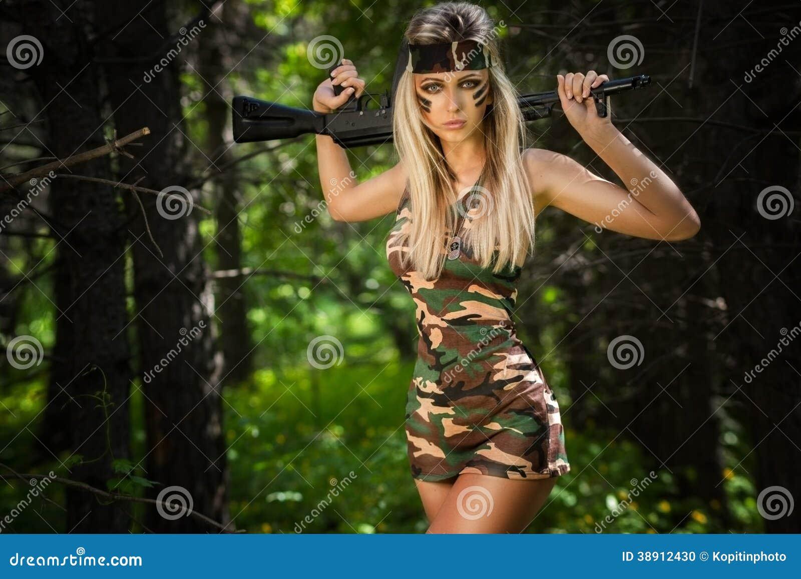 Νέα γυναίκα που κρατά ένα αυτόματο επιθετικό τουφέκι