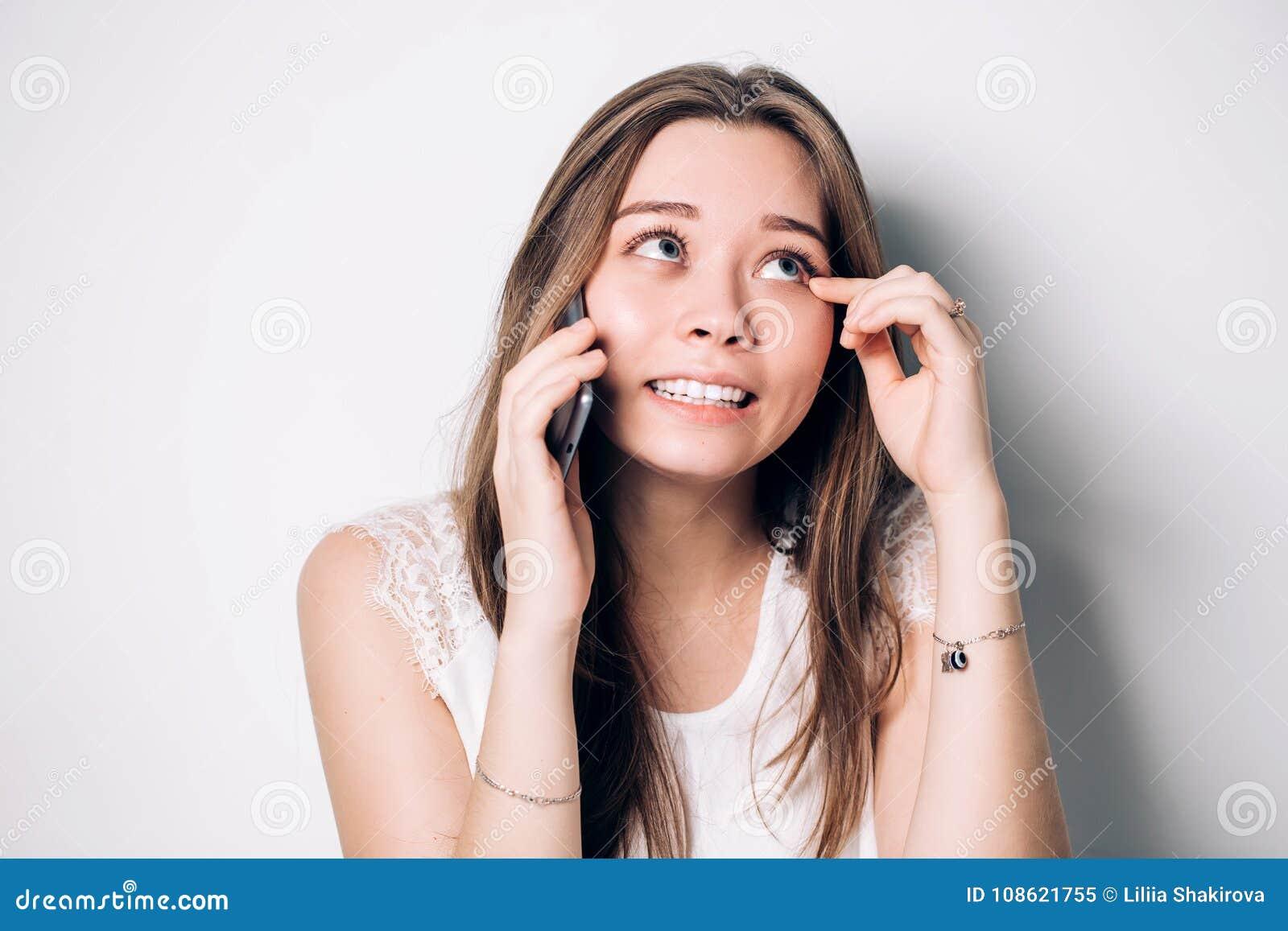 Νέα γυναίκα που μιλά στο τηλέφωνο, διασκέδαση, ευτυχία, δάκρυα της χαράς