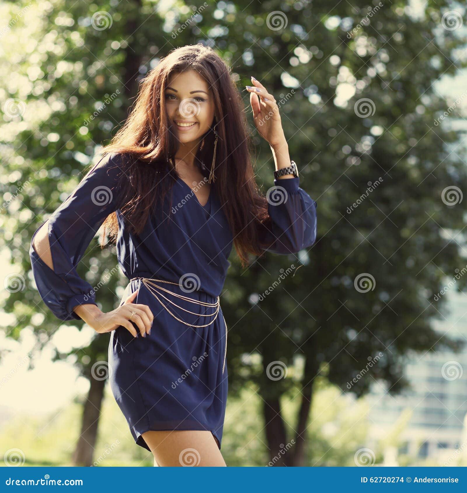 Νέα γυναίκα που περπατά στο θερινό πάρκο