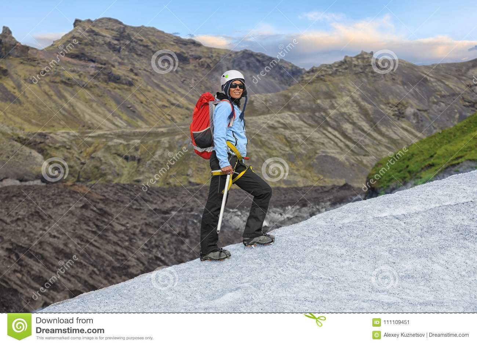 Νέα γυναίκα που στέκεται στον παγετώνα Falljokull