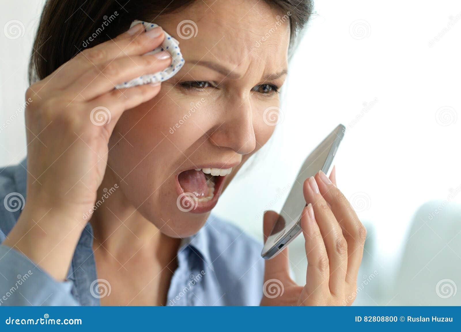 Νέα γυναίκα που φωνάζει στο τηλέφωνο