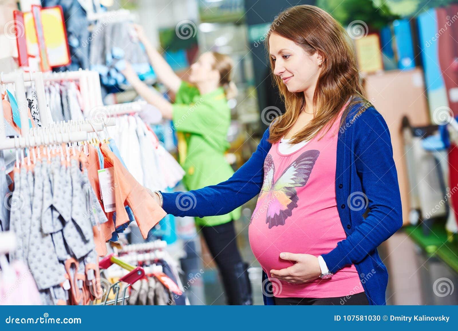 Νέα γυναίκα που ψωνίζει κατά τη διάρκεια της εγκυμοσύνης