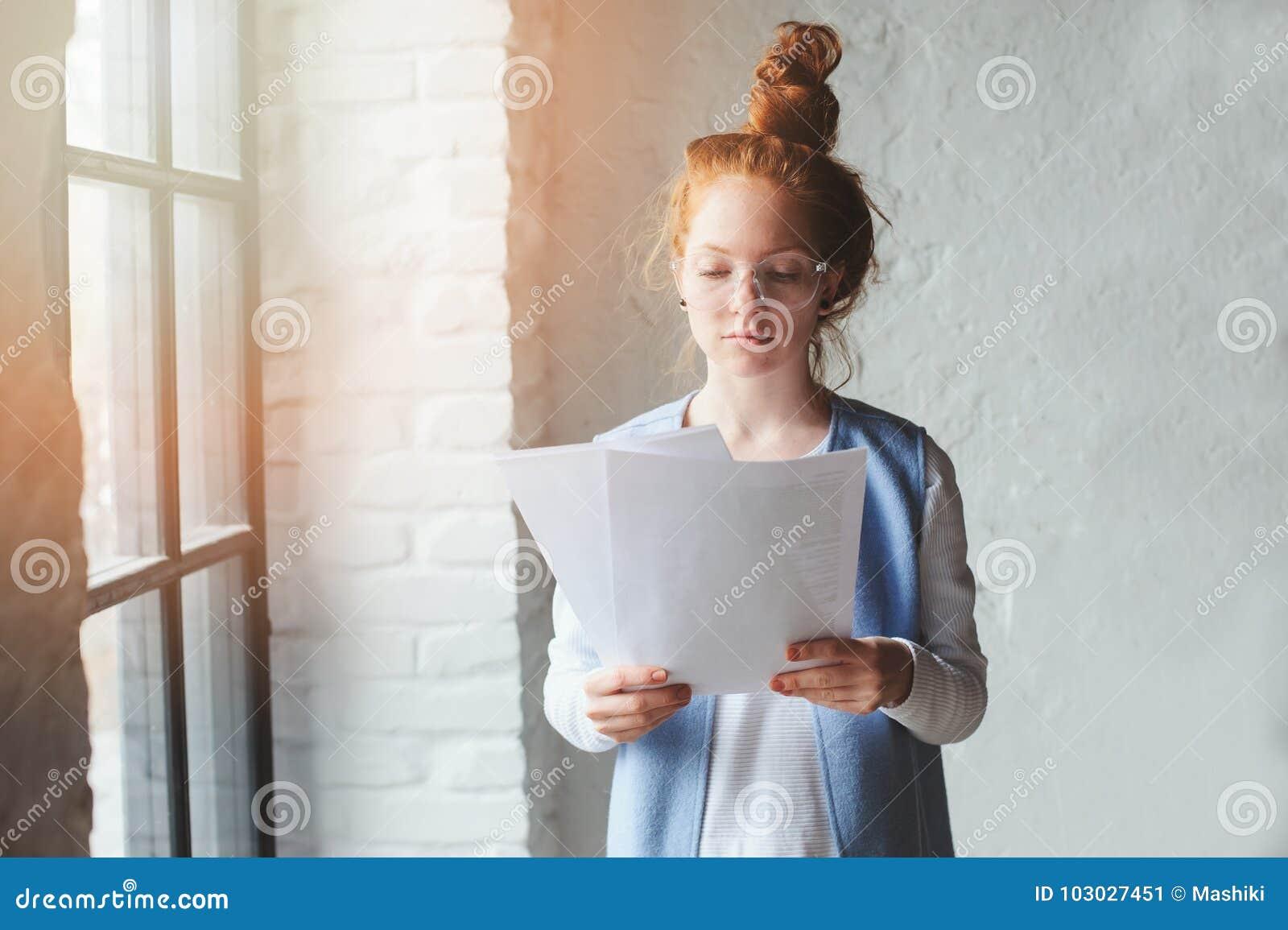 Νέα γυναίκα σπουδαστών hipster ή δημιουργικός ανεξάρτητος σχεδιαστής που εργάζεται στο πρόγραμμα Κράτημα coursework ή επιχειρηματ