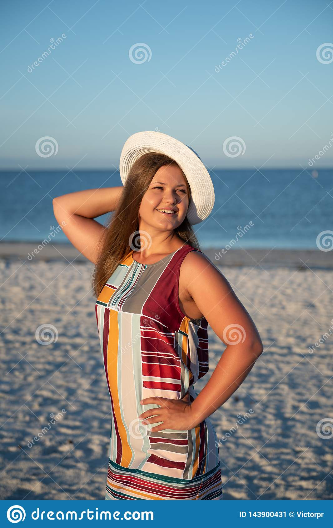 Νέα γυναίκα στην παραλία