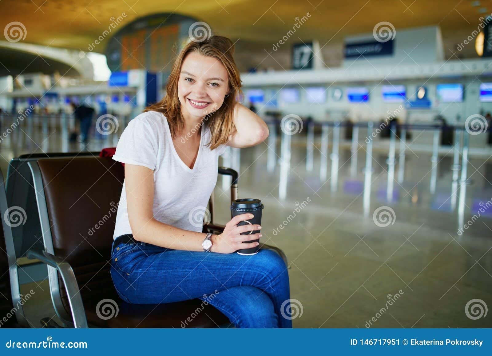 Νέα γυναίκα στο διεθνή αερολιμένα