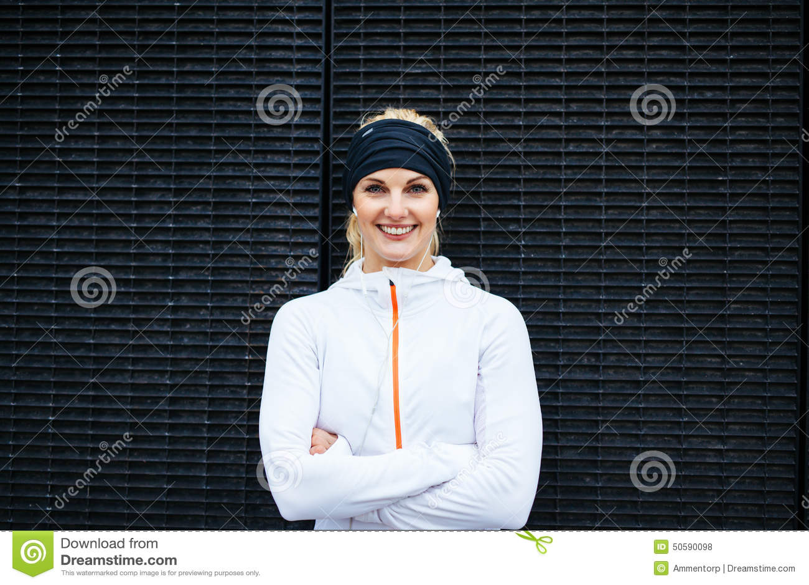 Νέα γυναίκα sportswear που εξετάζει το χαμόγελο καμερών