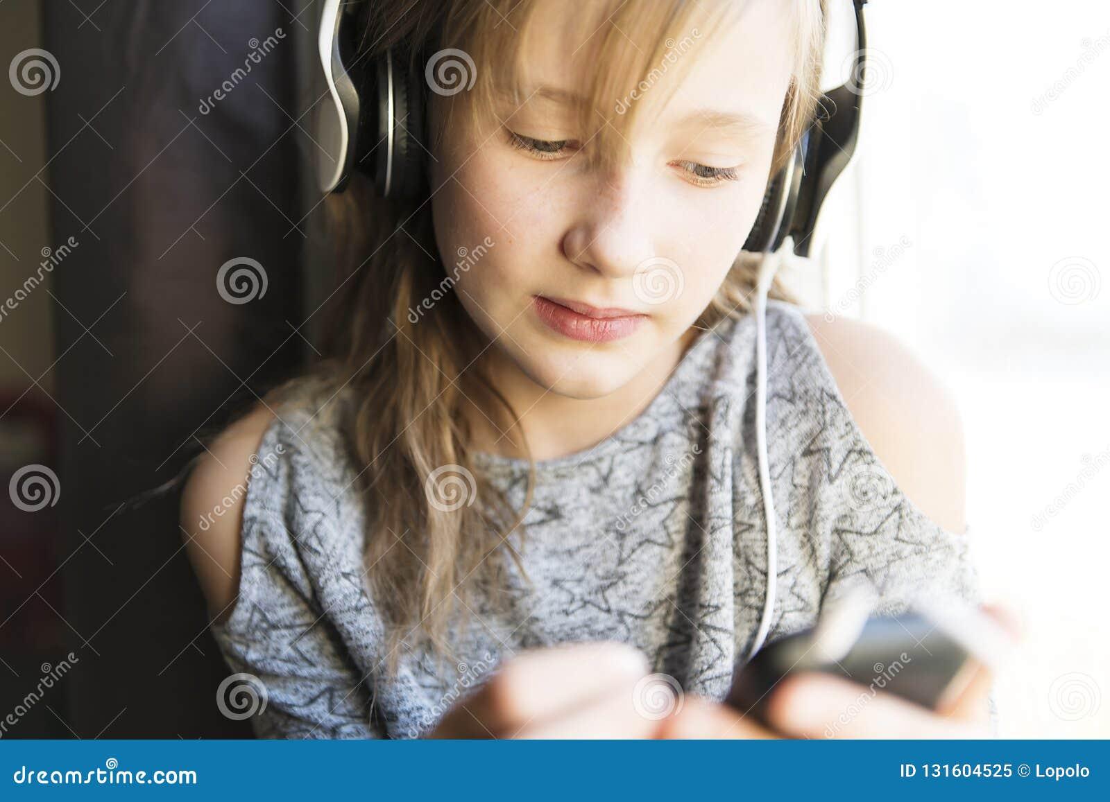 Νέα 10 γυναικών έτη μουσικής ακούσματος κοντά στο παράθυρο