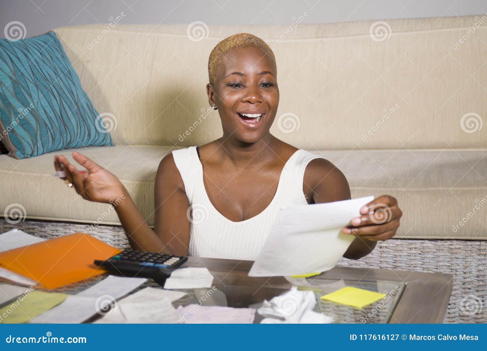 Νέα ελκυστική και ευτυχής επιτυχής μαύρη αμερικανική γυναίκα afro που χαμογελά το ικανοποιημένο εσωτερικό επιχειρησιακό φόρο λογι