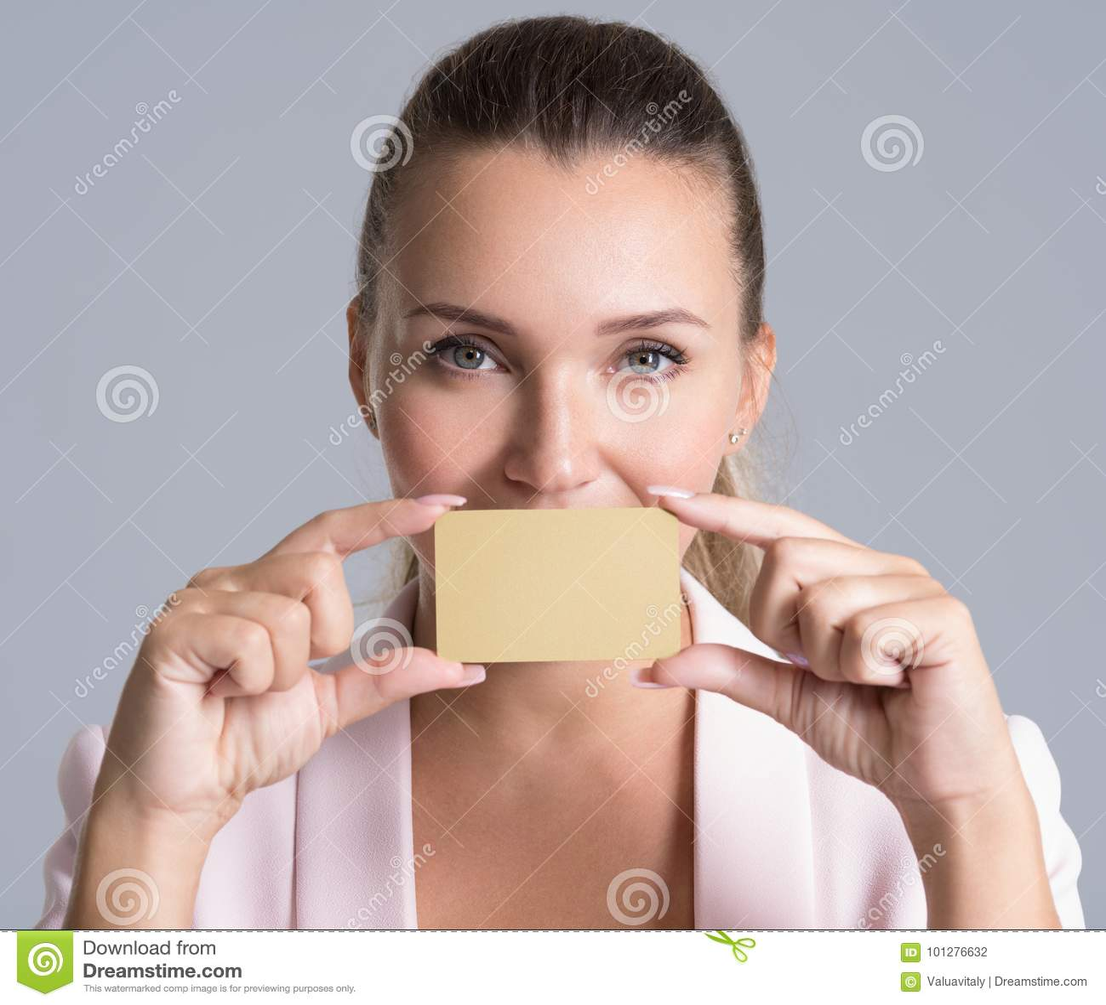 Νέα ενήλικη γυναίκα με την πιστωτική κάρτα πέρα από το άσπρο υπόβαθρο